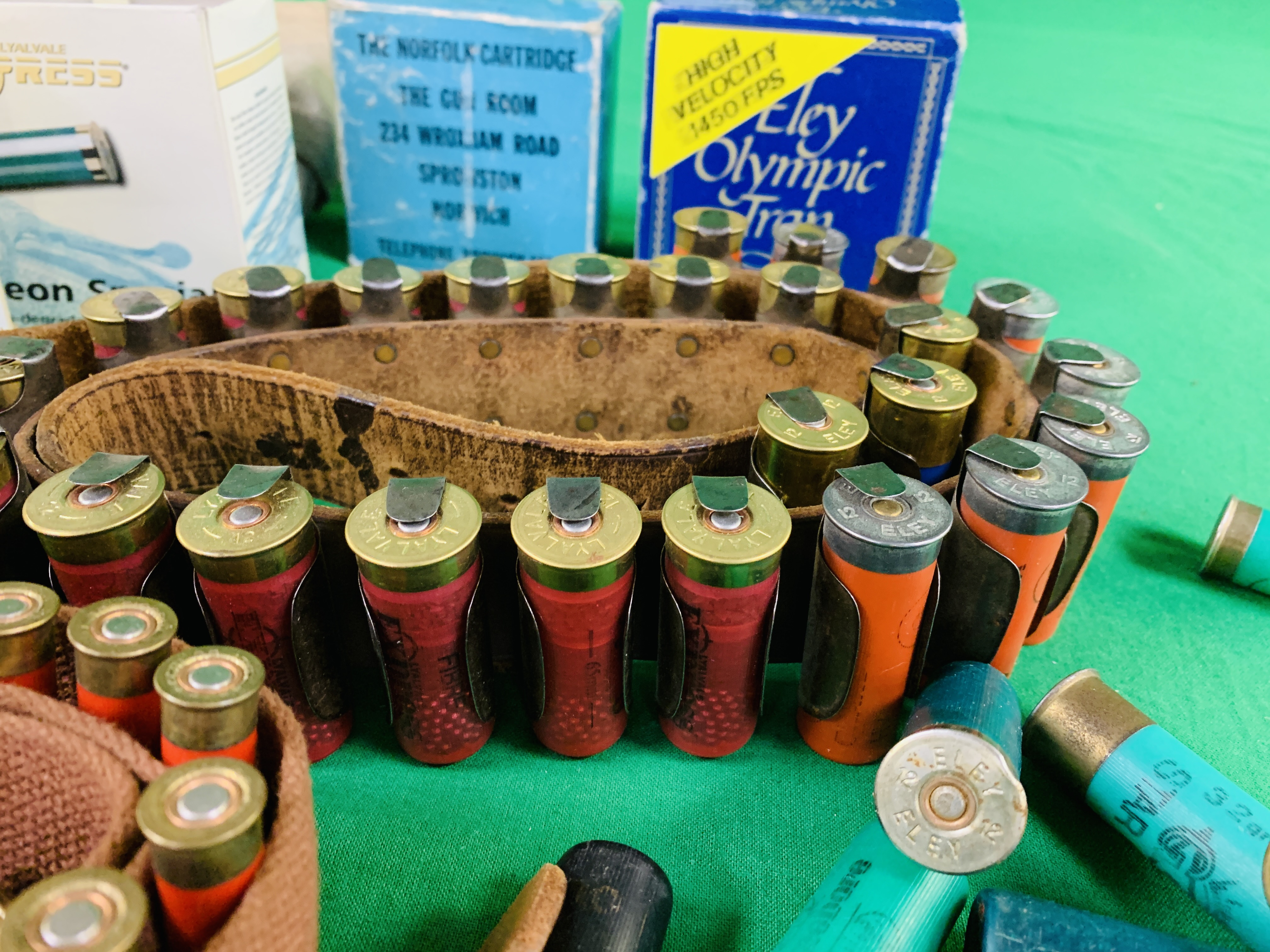 A COLLECTION OF SHOTGUN AMMUNITION TO INCLUDE 12G, .22 BIRD SHOT, . - Image 3 of 6