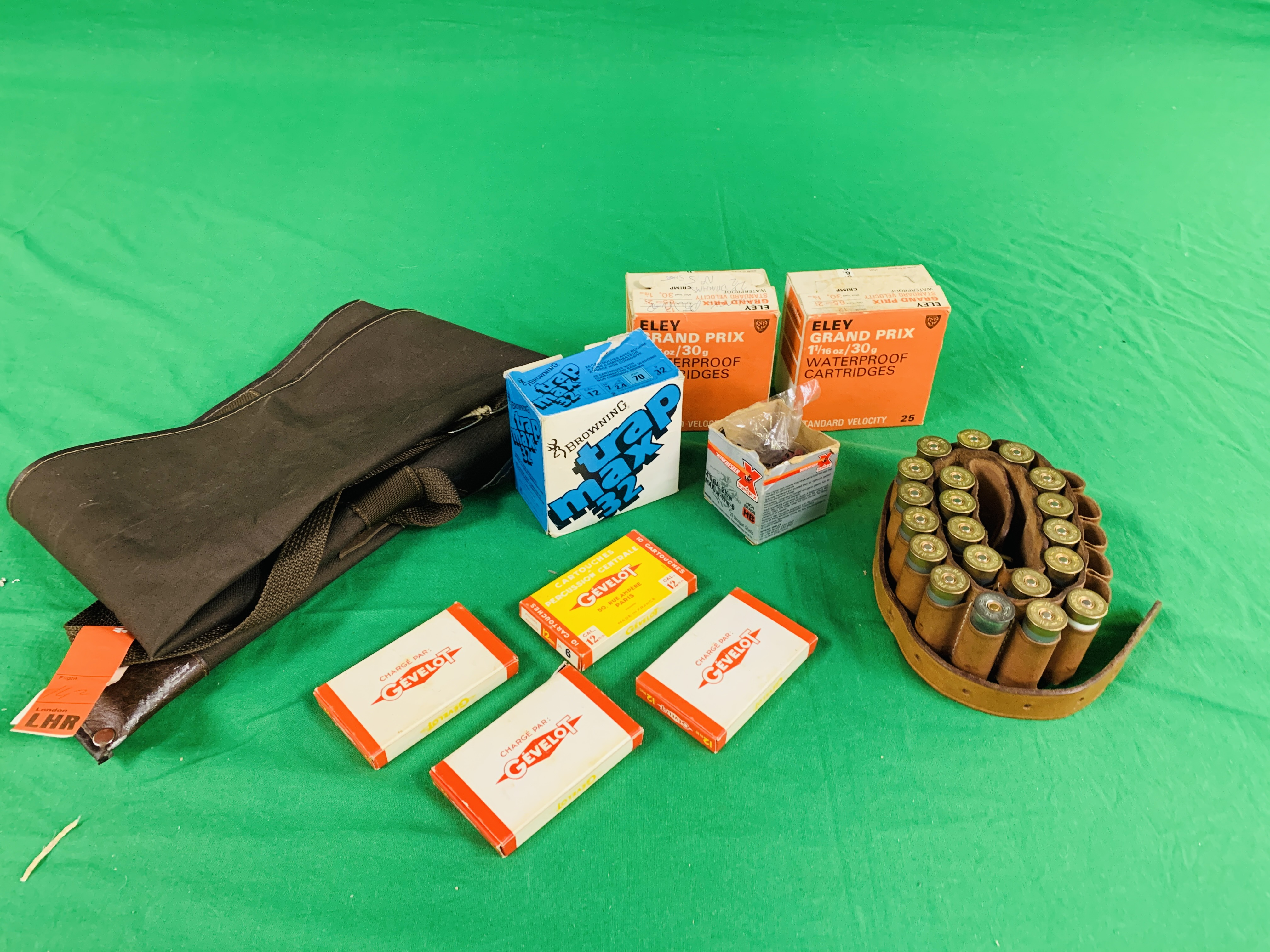 AN ALUMINIUM CASED MULTI GAUGE CLEANING KIT AND QTY OF SHOTGUN CARTRIDGES TO INCLUDE 49 X .