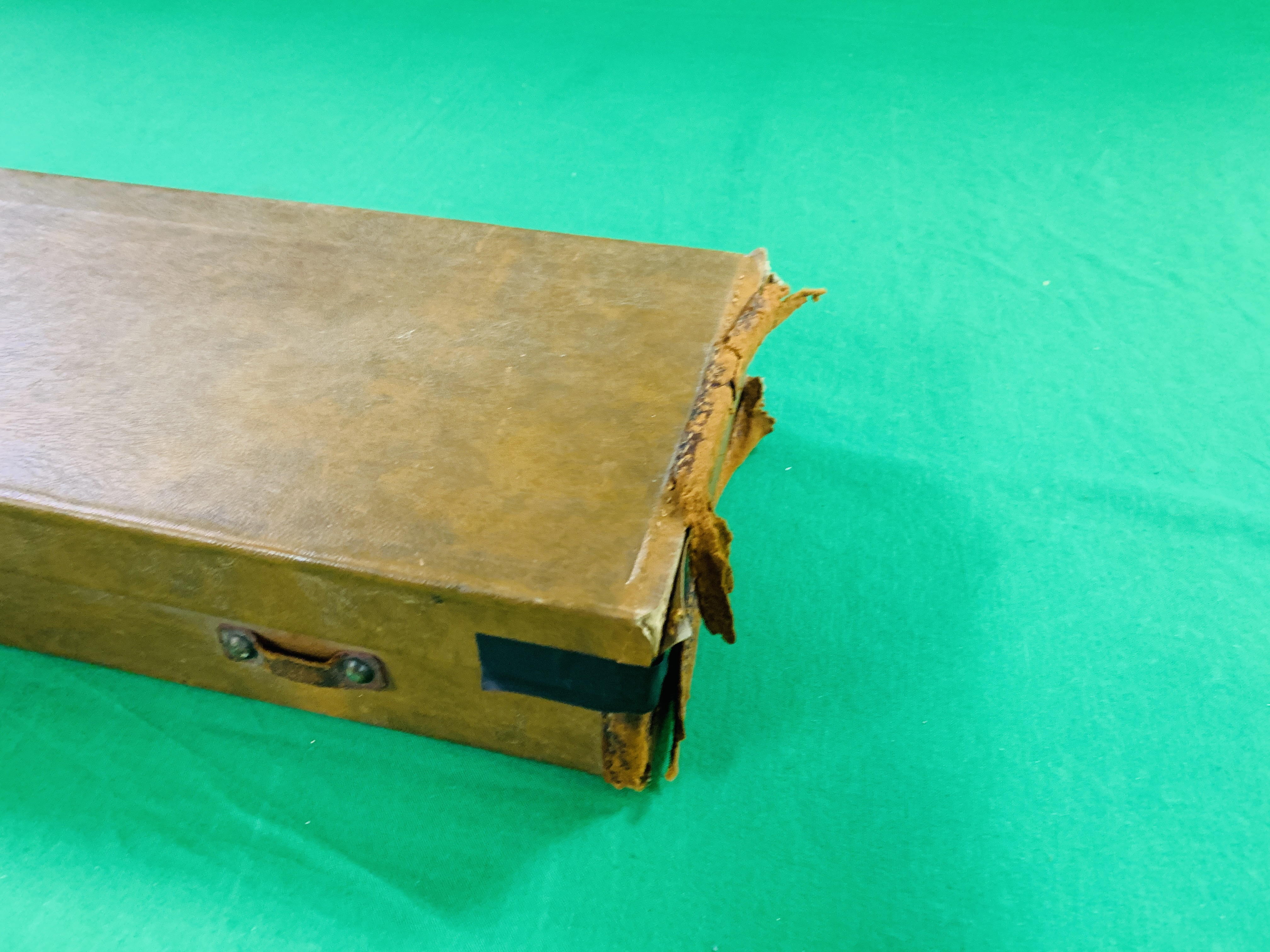 """LEATHERETTE 28 / 30"""" CASE WITH GALLYON OF KINGFISHER LABEL INSIDE - Image 10 of 11"""