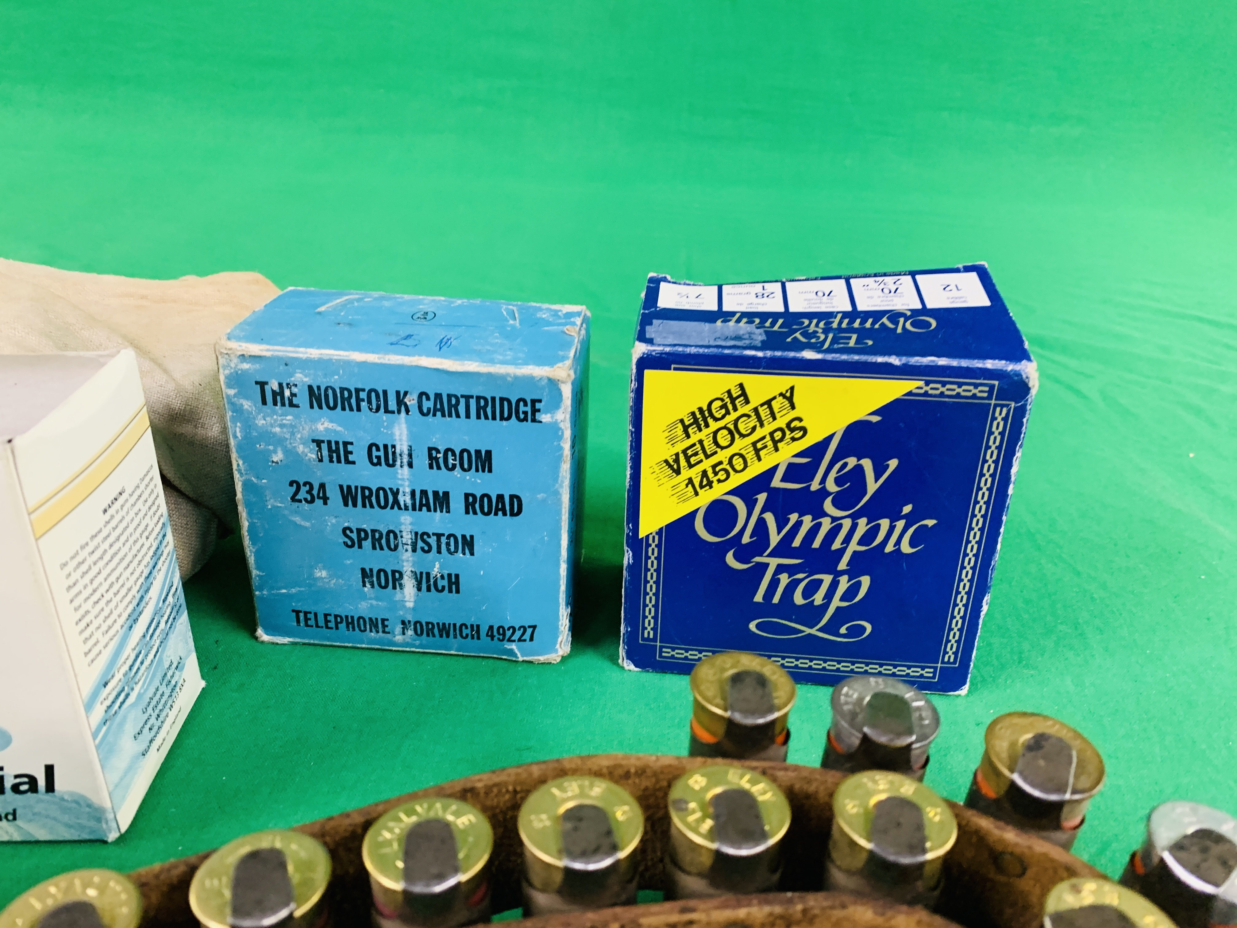 A COLLECTION OF SHOTGUN AMMUNITION TO INCLUDE 12G, .22 BIRD SHOT, . - Image 4 of 6