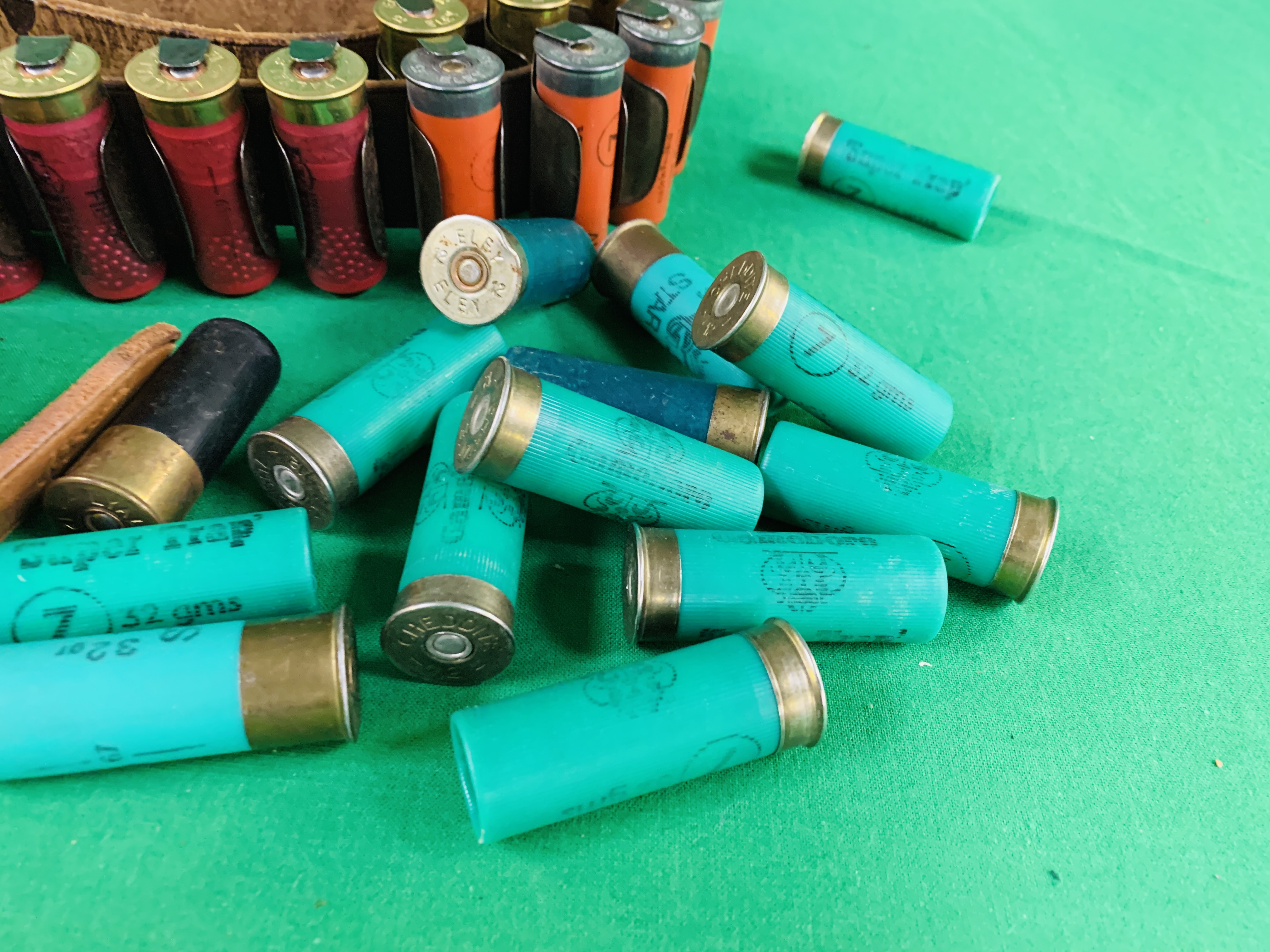 A COLLECTION OF SHOTGUN AMMUNITION TO INCLUDE 12G, .22 BIRD SHOT, . - Image 2 of 6