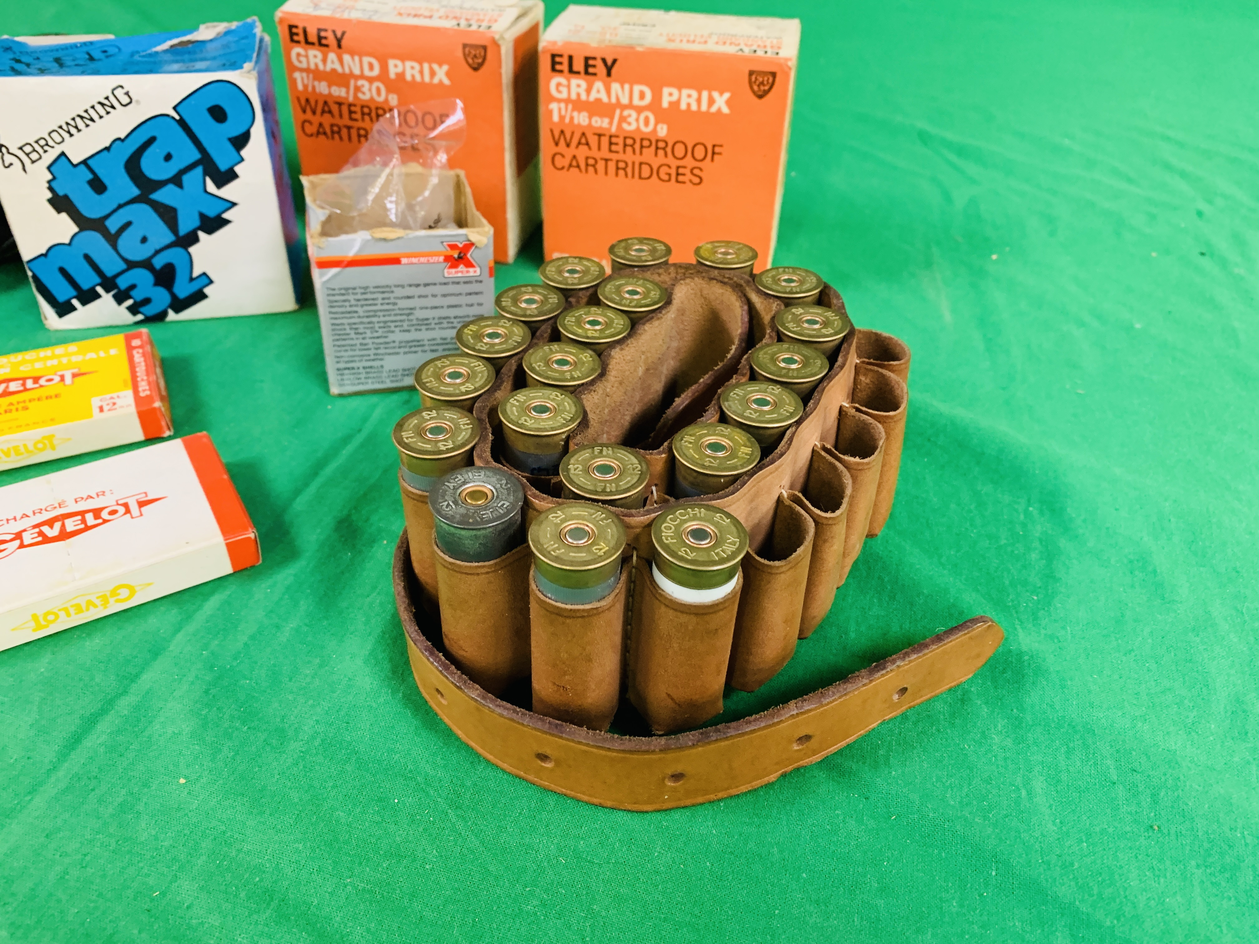 AN ALUMINIUM CASED MULTI GAUGE CLEANING KIT AND QTY OF SHOTGUN CARTRIDGES TO INCLUDE 49 X . - Image 2 of 8