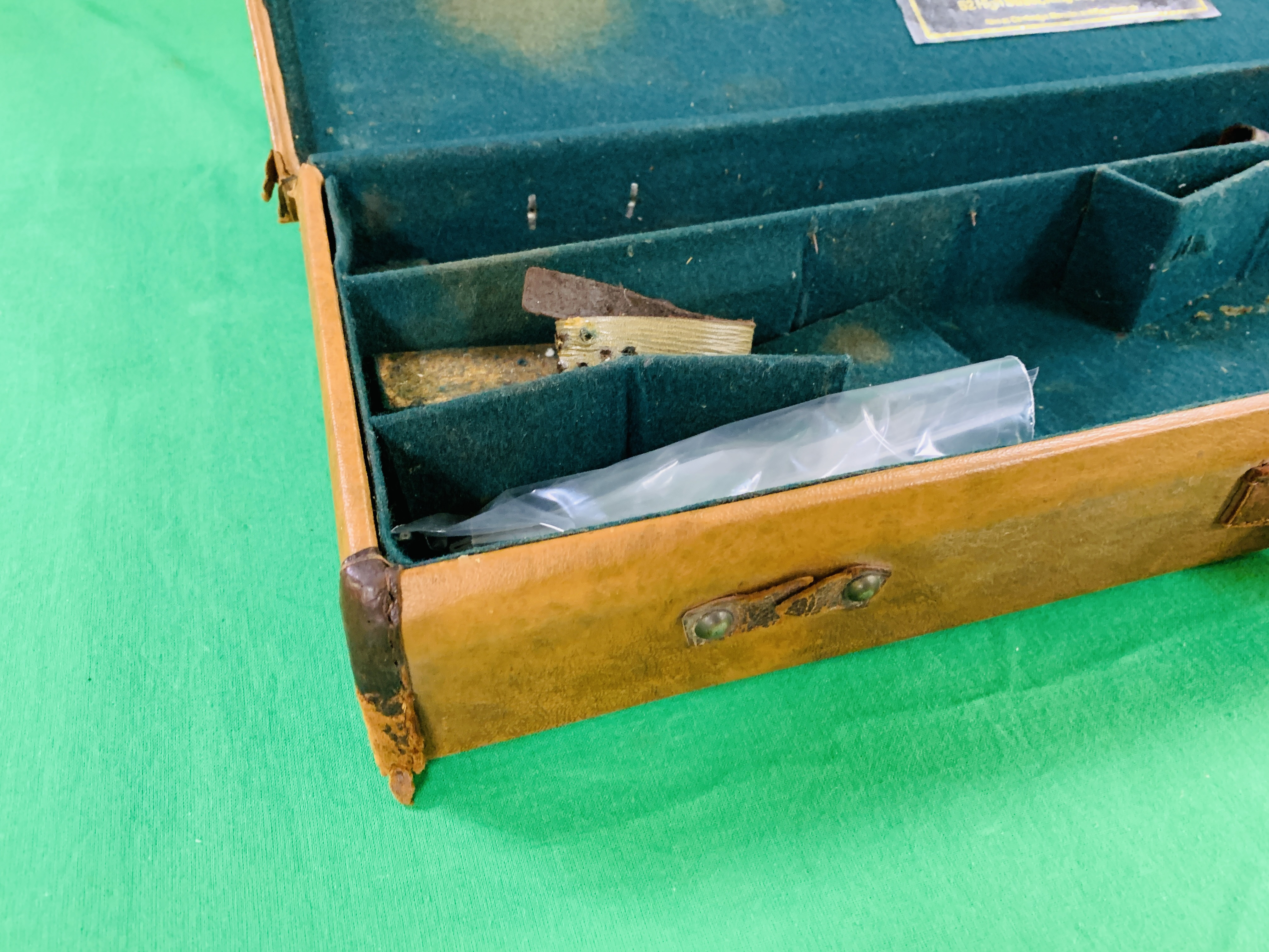 """LEATHERETTE 28 / 30"""" CASE WITH GALLYON OF KINGFISHER LABEL INSIDE - Image 4 of 11"""