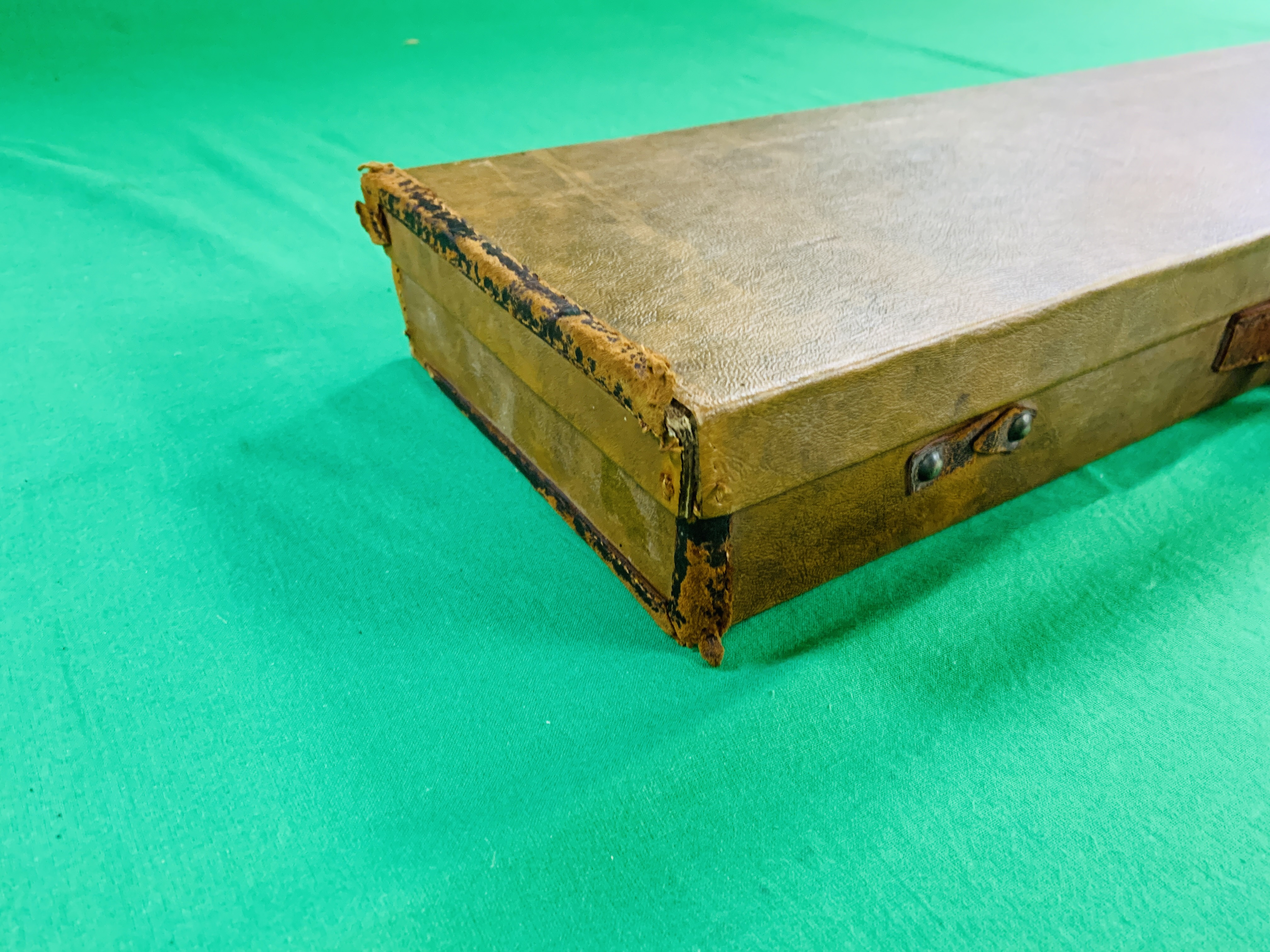 """LEATHERETTE 28 / 30"""" CASE WITH GALLYON OF KINGFISHER LABEL INSIDE - Image 11 of 11"""