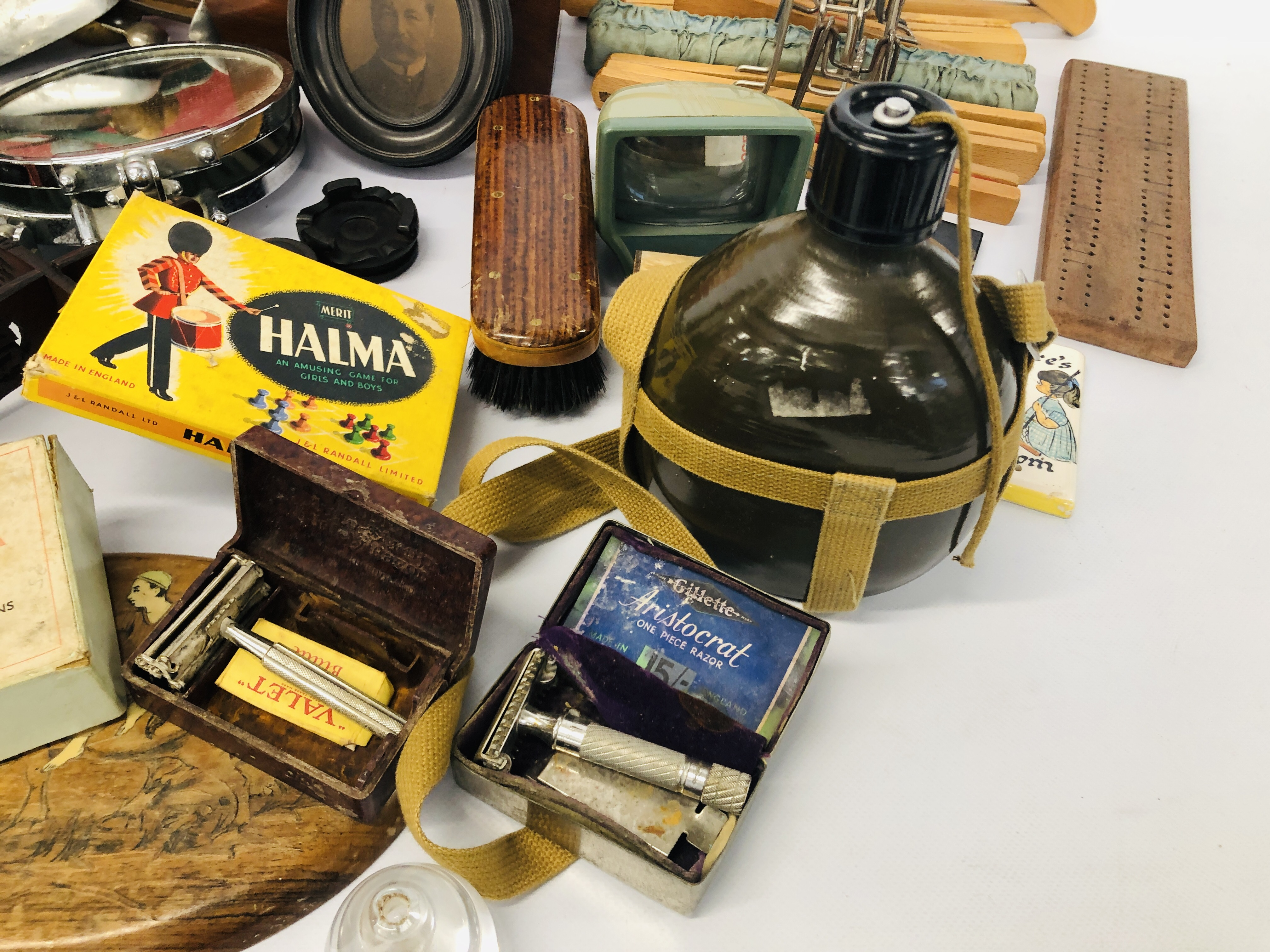 BOX OF ASSORTED VINTAGE COLLECTABLE'S TO INCLUDE MAHOGANY TEA CADDY, GAMES MIRRORS, HANGERS, - Image 8 of 12