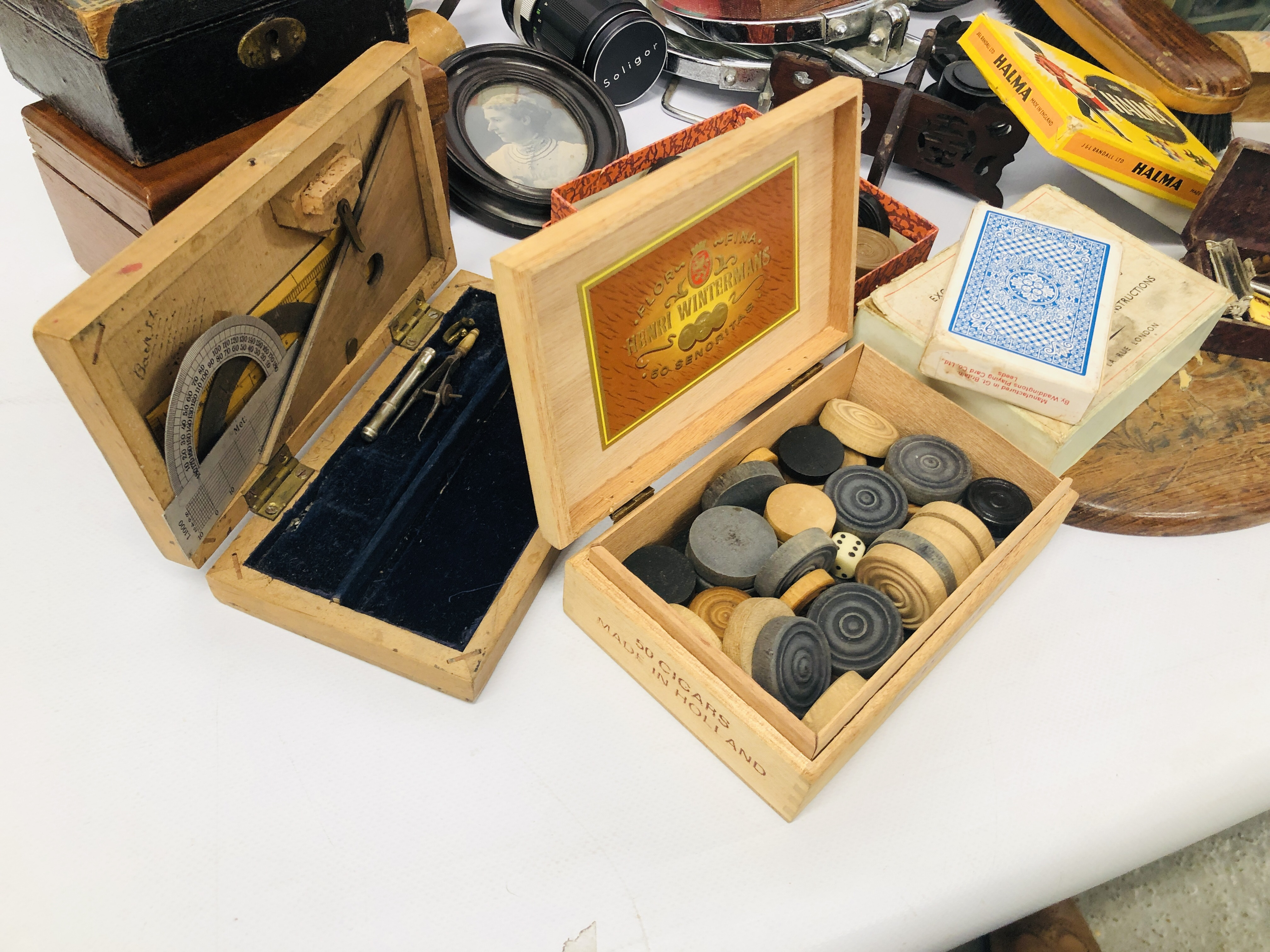BOX OF ASSORTED VINTAGE COLLECTABLE'S TO INCLUDE MAHOGANY TEA CADDY, GAMES MIRRORS, HANGERS, - Image 9 of 12