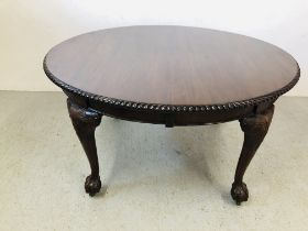 AN EXTENDING MAHOGANY OVAL EXTENDING DINING TABLE ON BALL AND CLAW FEET (2 EXTENSION LEAVES) WIND