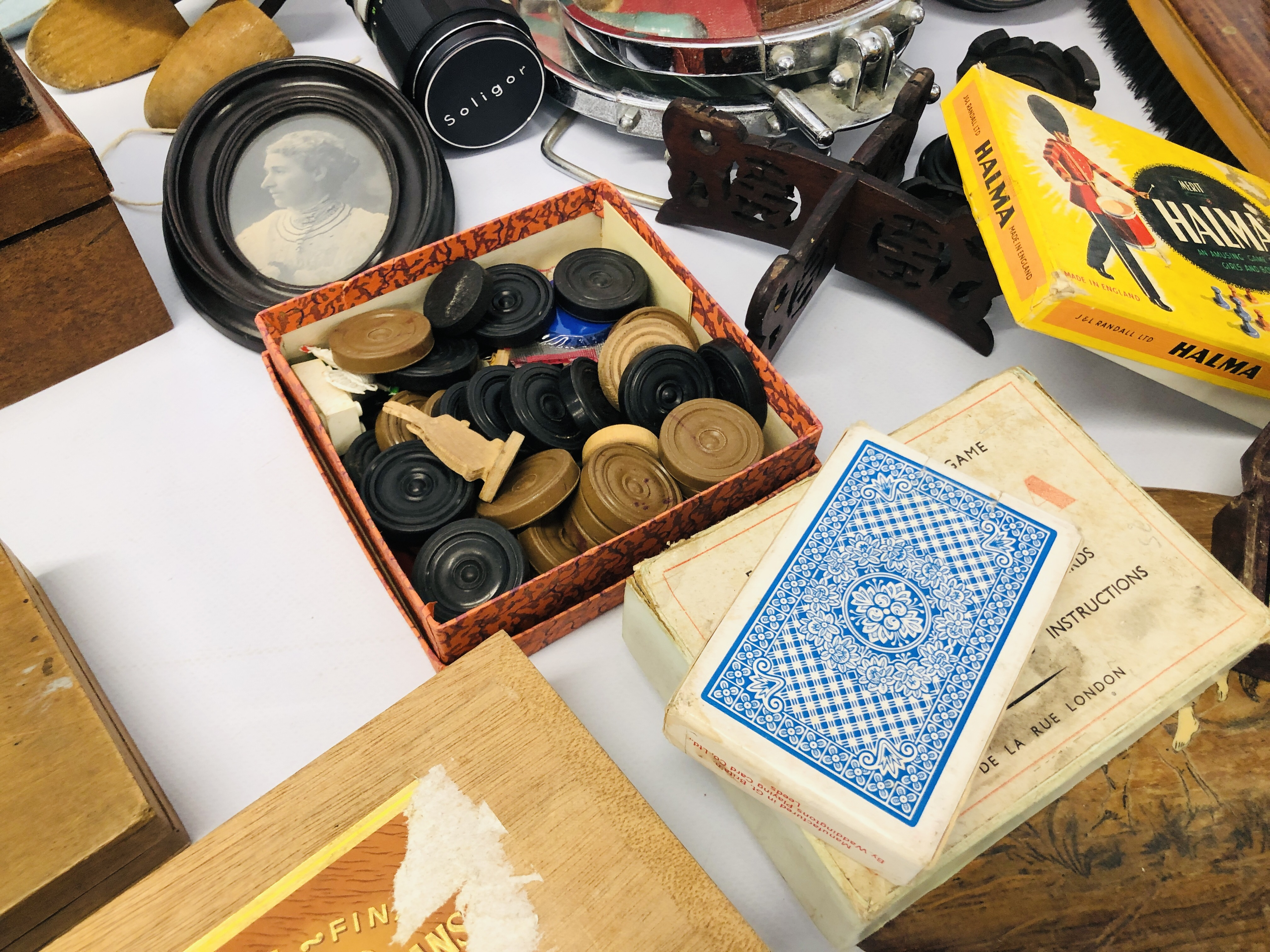 BOX OF ASSORTED VINTAGE COLLECTABLE'S TO INCLUDE MAHOGANY TEA CADDY, GAMES MIRRORS, HANGERS, - Image 10 of 12