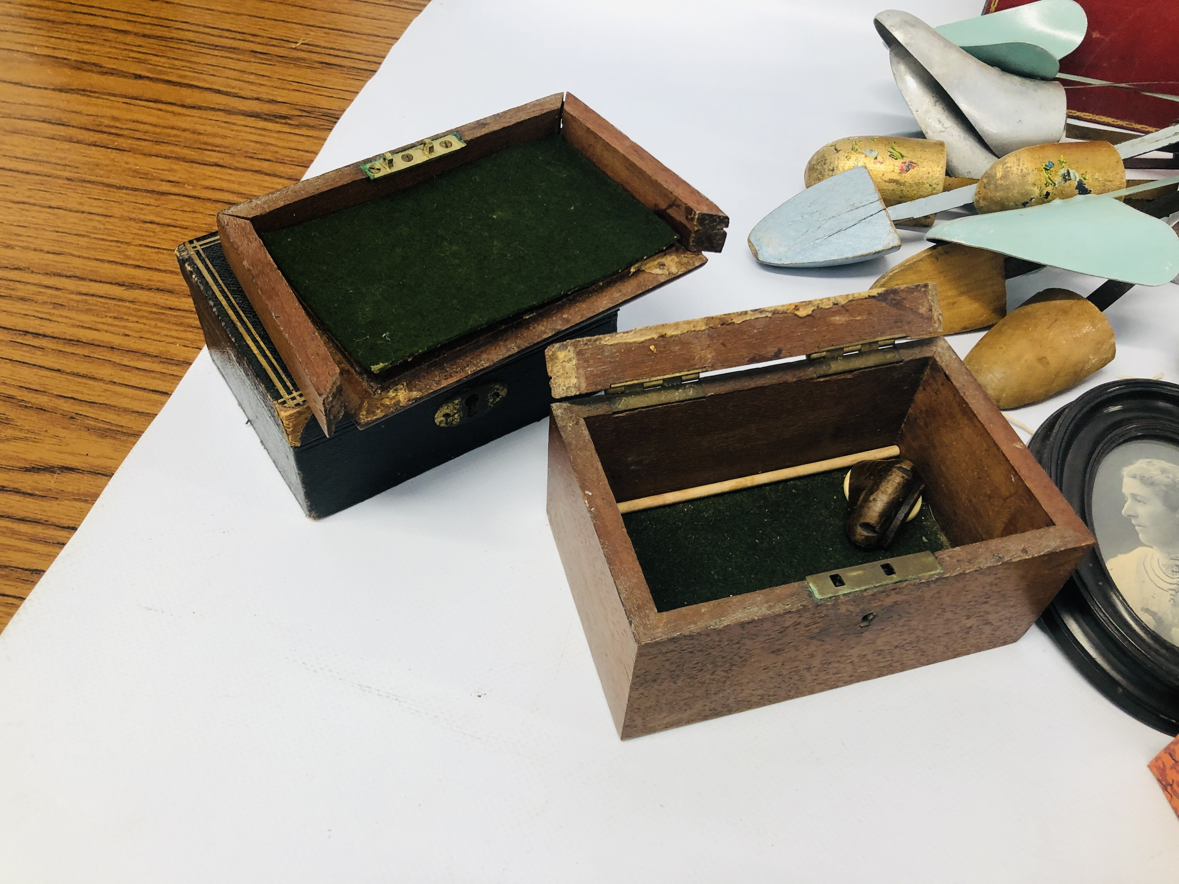 BOX OF ASSORTED VINTAGE COLLECTABLE'S TO INCLUDE MAHOGANY TEA CADDY, GAMES MIRRORS, HANGERS, - Image 12 of 12