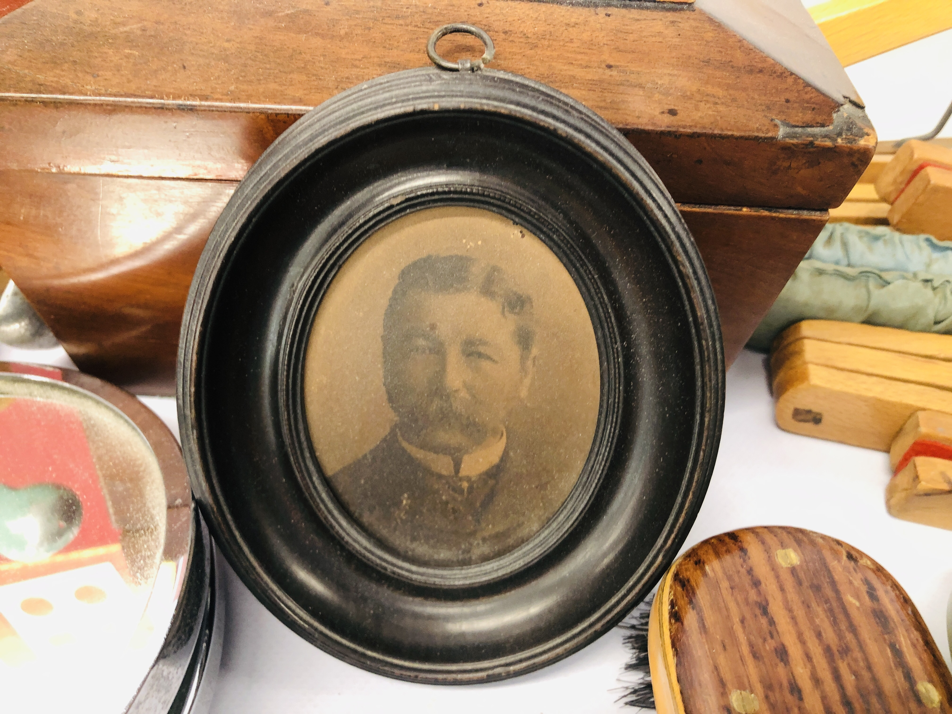 BOX OF ASSORTED VINTAGE COLLECTABLE'S TO INCLUDE MAHOGANY TEA CADDY, GAMES MIRRORS, HANGERS, - Image 4 of 12