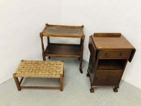 A PERIOD OAK 2 TIER TROLLEY WITH RING TURNED SUPPORTS AND ORIGINAL BROWN PLASTIC CASTORS. L 62CM.
