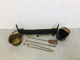 AN ANTIQUE BRASS AND IRON FRETWORK FENDER ALONG WITH A BRASS AND IRON 3 PIECE COMPANION SET,