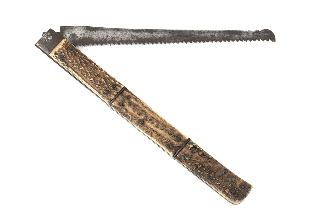 A SCARCE LARGE VICTORIAN FOLDING SAW, UNSIGNED, almost certainly English circa 1870, with 9in.