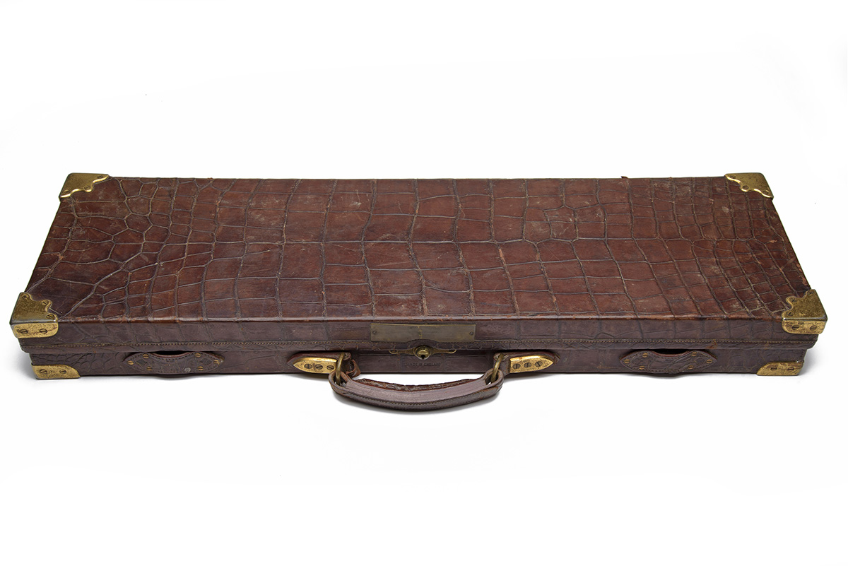 HOLLAND & HOLLAND A BRASS-CORNERED OAK AND ALLIGATOR-SKIN SINGLE GUNCASE, fitted for 28in. - Image 2 of 2