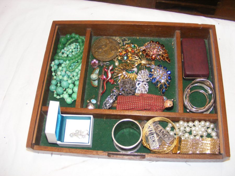 A tray of costume jewellery including brooches, ne