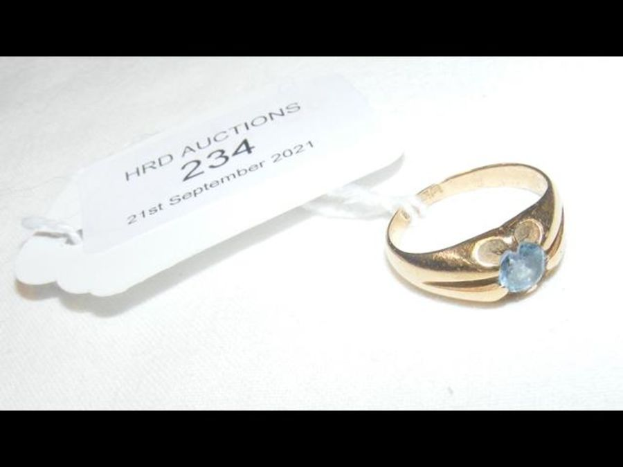 An 18ct dress ring with pale blue stone - Image 2 of 2