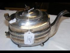 A Georgian silver teapot - 15.5 troy ounces