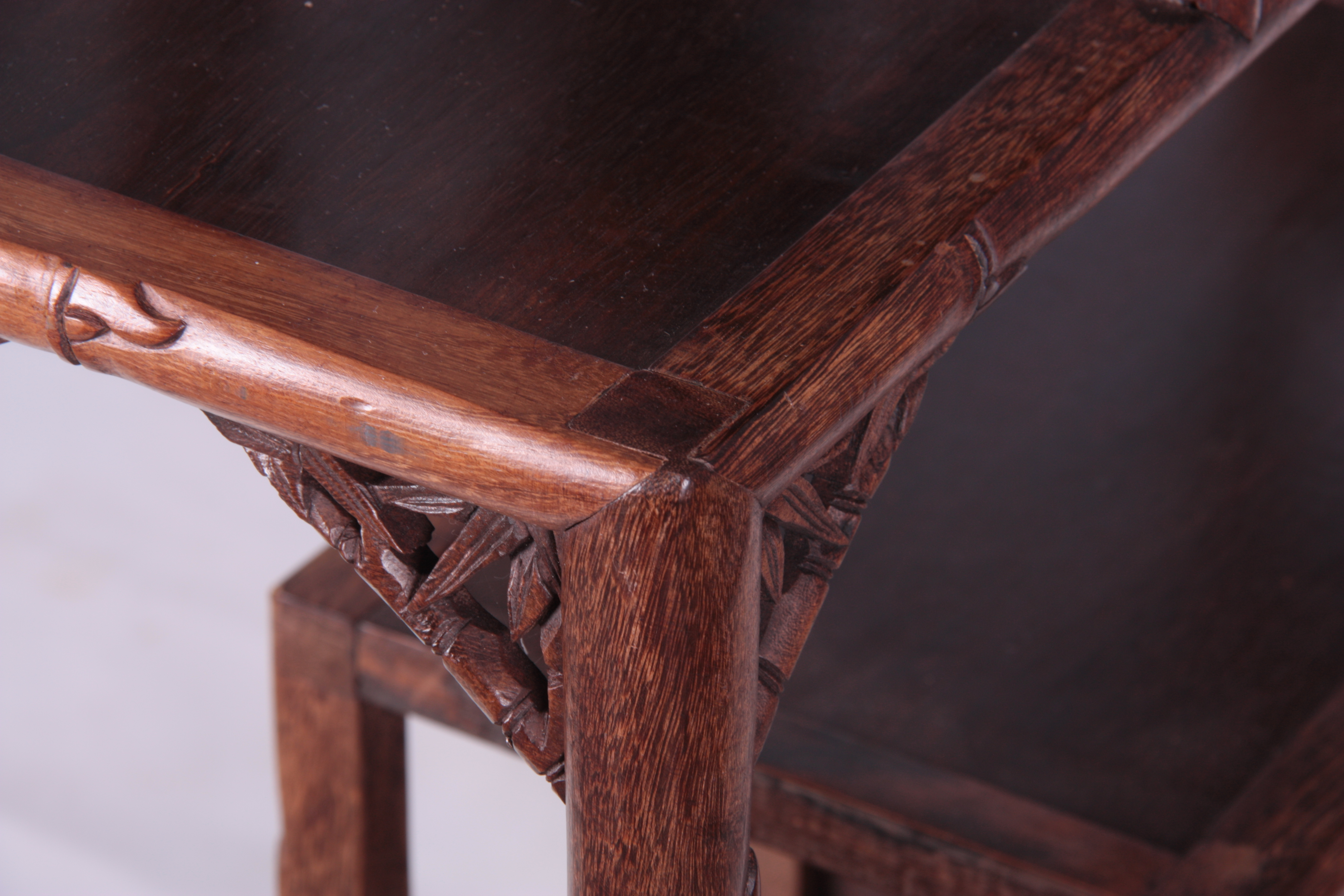 A 19TH CENTURY CHINESE CHICKEN WING WOOD STANDING WHATNOT with a faux bamboo frame and leaf carved - Image 8 of 9