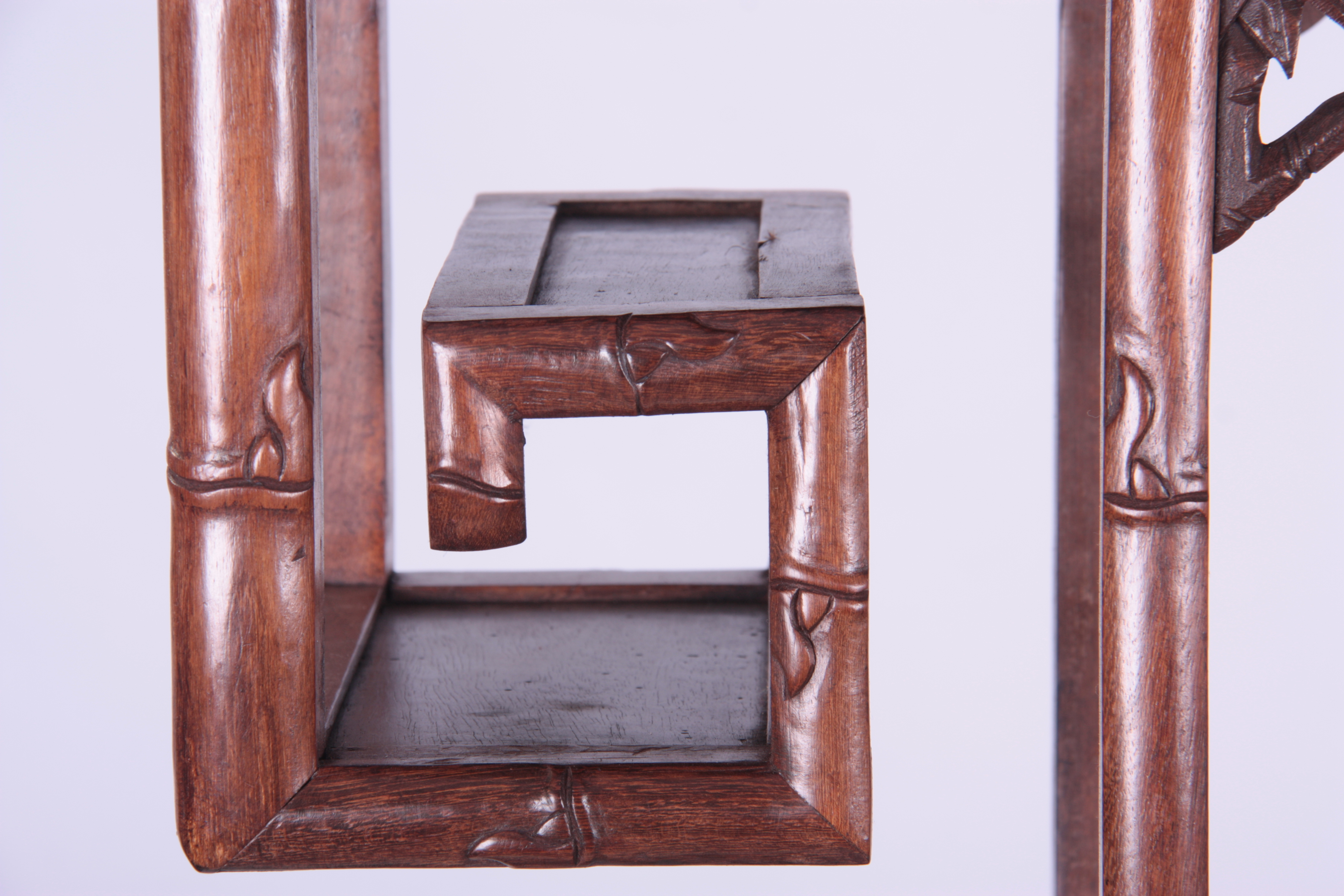 A 19TH CENTURY CHINESE CHICKEN WING WOOD STANDING WHATNOT with a faux bamboo frame and leaf carved - Image 4 of 9