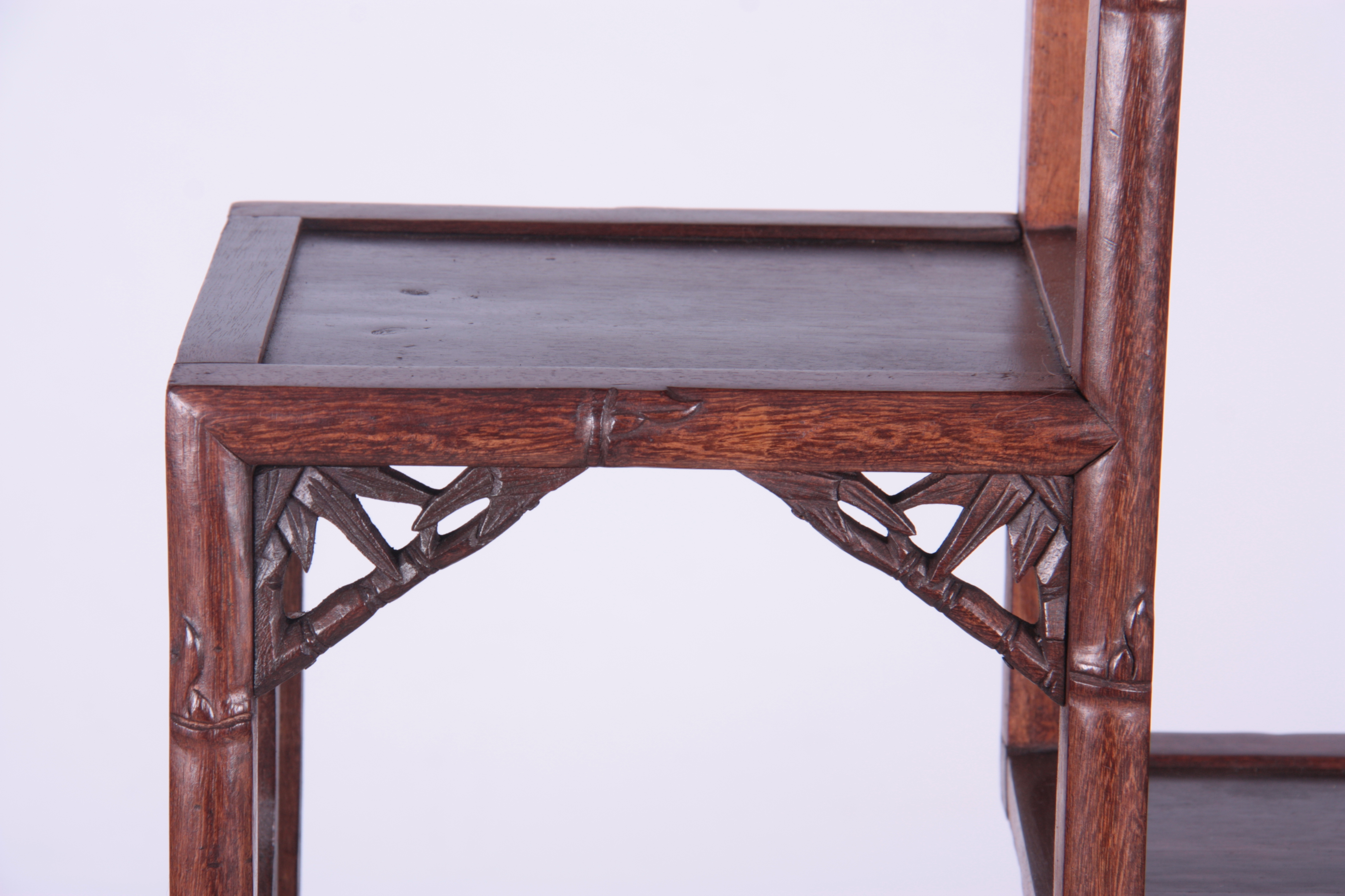 A 19TH CENTURY CHINESE CHICKEN WING WOOD STANDING WHATNOT with a faux bamboo frame and leaf carved - Image 3 of 9