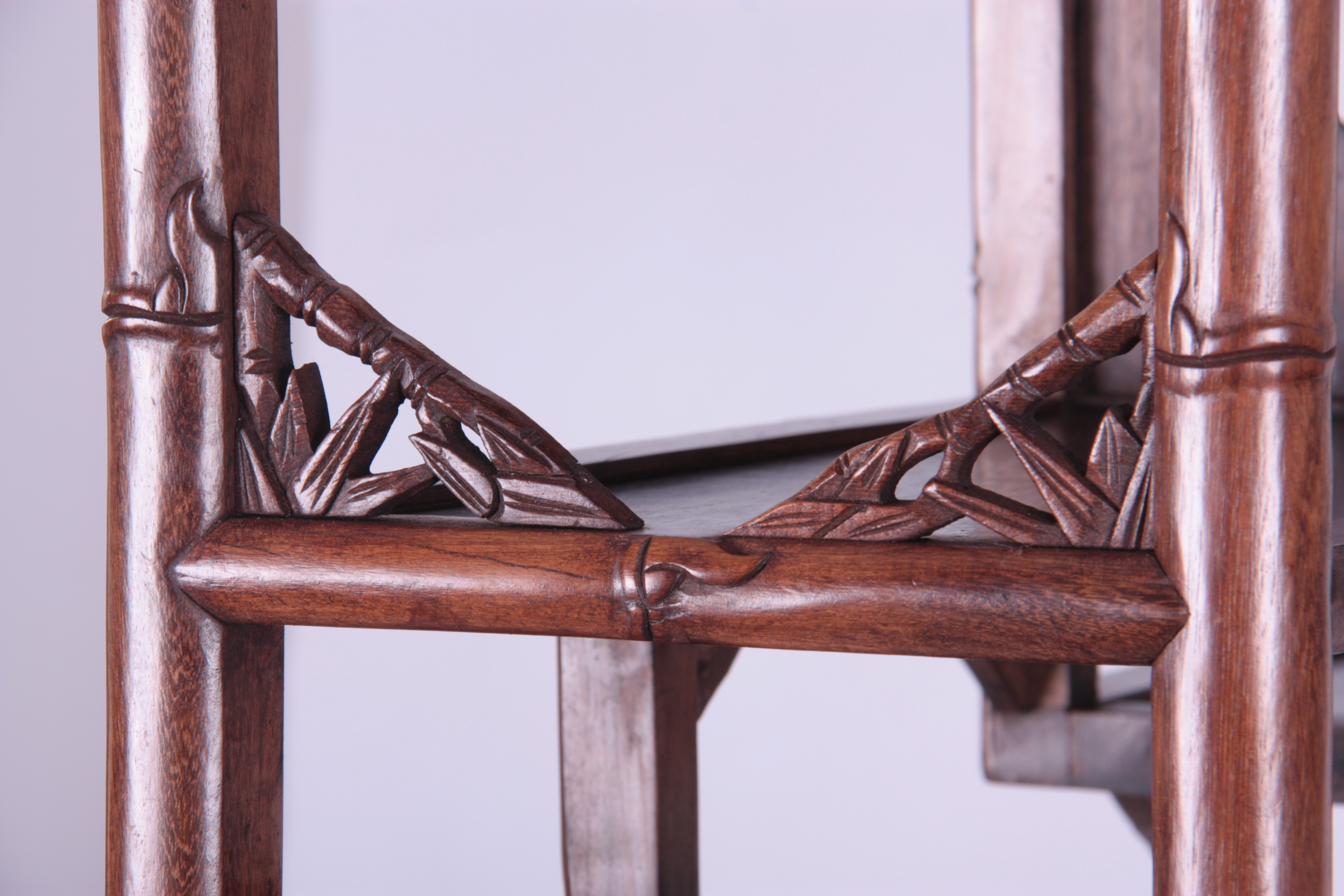 A 19TH CENTURY CHINESE CHICKEN WING WOOD STANDING WHATNOT with a faux bamboo frame and leaf carved - Image 7 of 9
