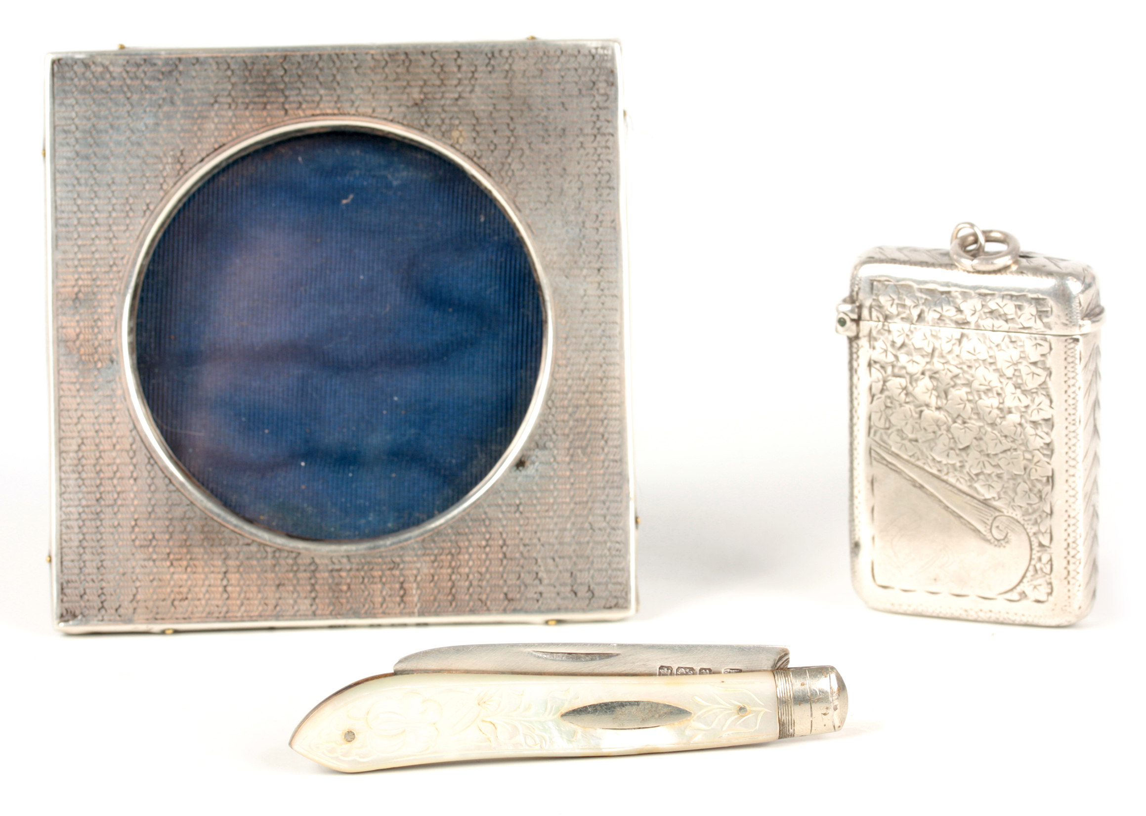 THREE PIECES OF SILVER INCLUDING A SILVER BLADE FRUIT KNIFE WITH MOTHER OF PEARL HANDLE 13cm overall