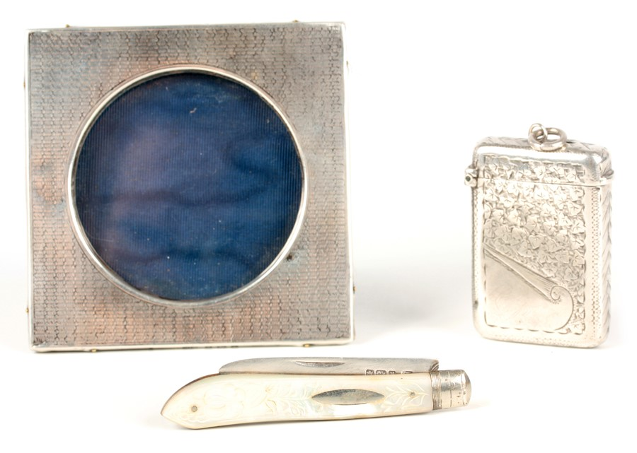 THREE PIECES OF SILVER INCLUDING A SILVER BLADE FRUIT KNIFE WITH MOTHER OF PEARL HANDLE 13cm overall - Image 2 of 8