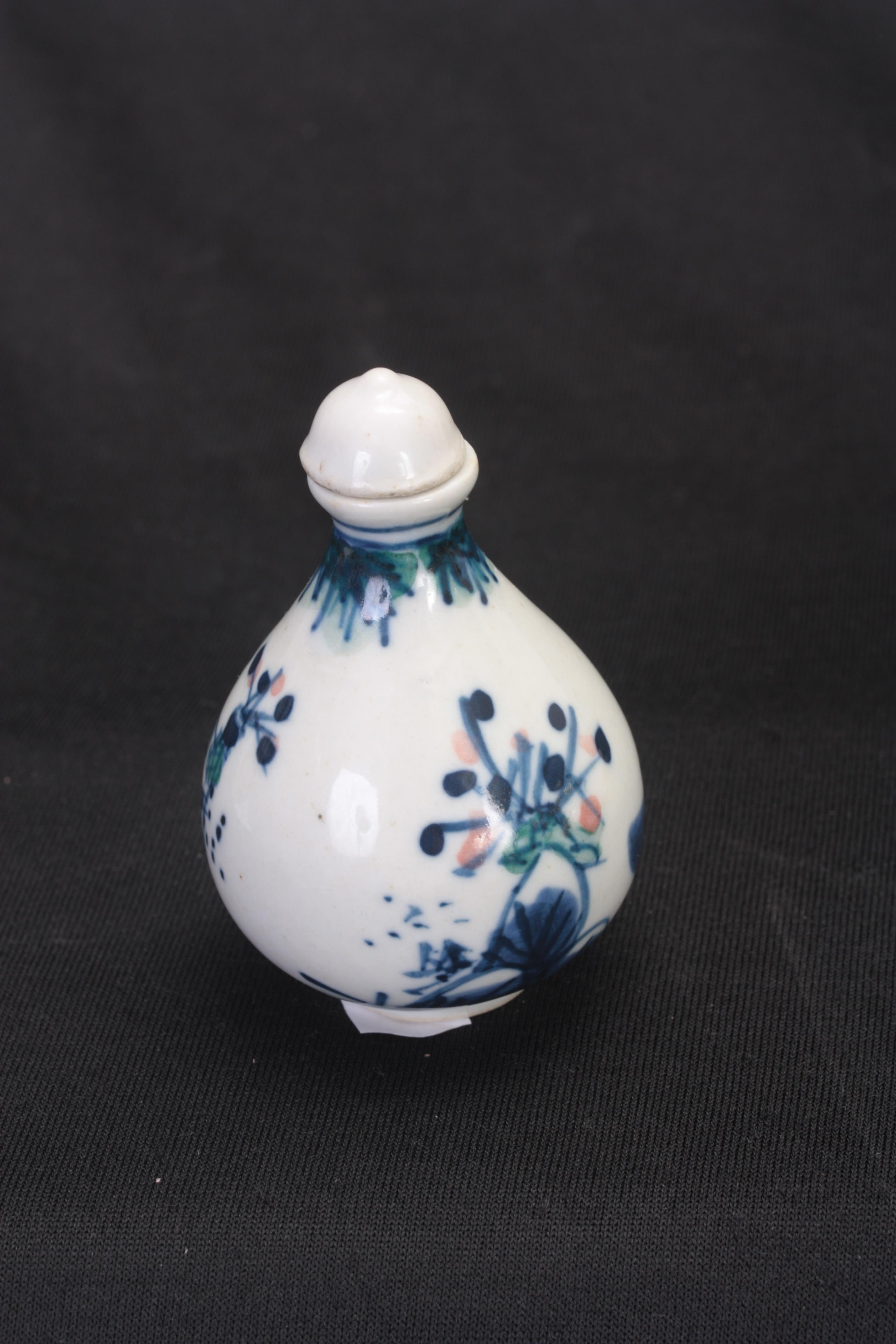 AN EARLY CHINESE BULBOUS SHAPED SNUFF BOTTLE decorated with figures in a garden setting - signed - Image 4 of 5