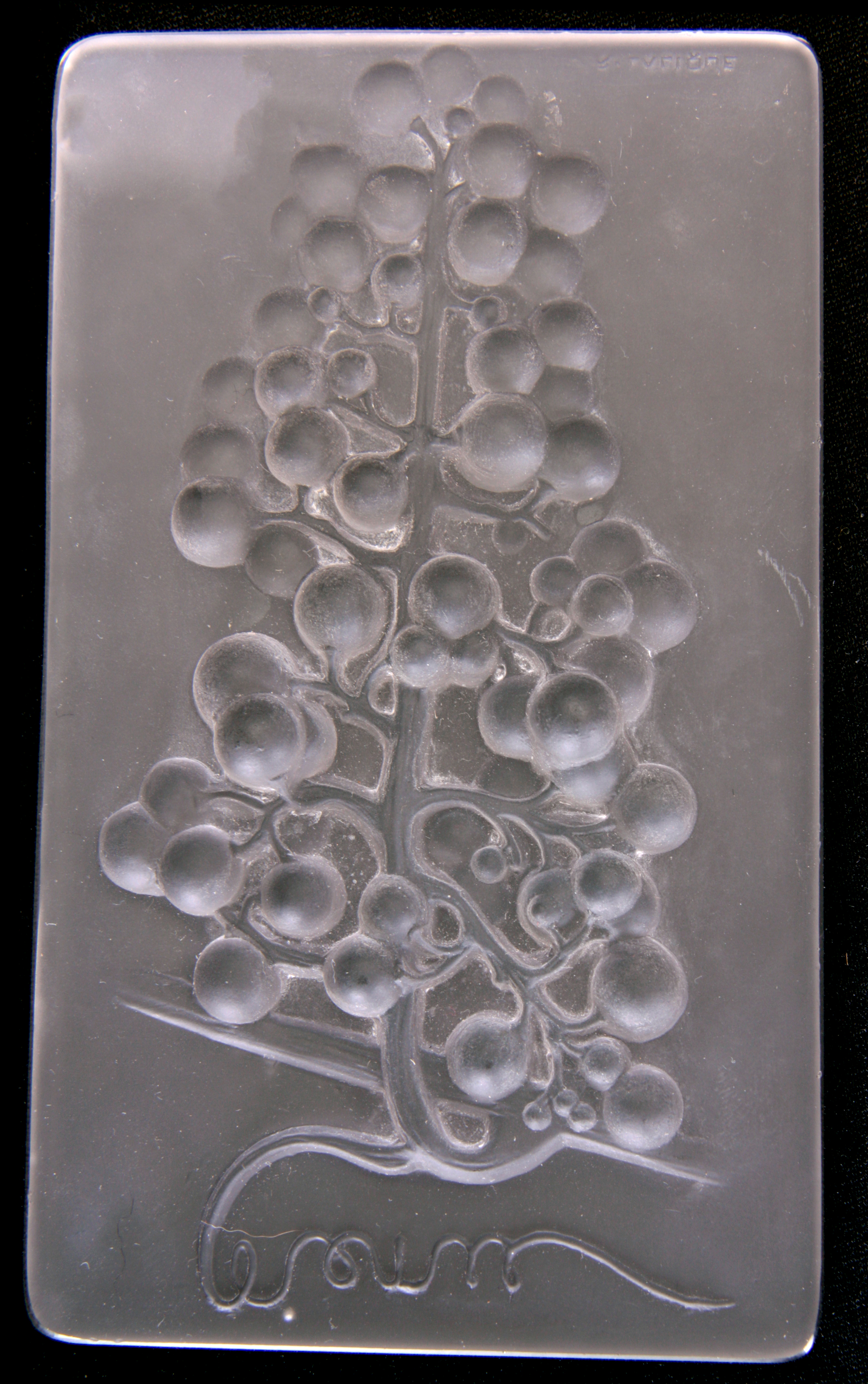 AN R LALIQUE OPALESCENT MENU PLAQUE 'RAISIN MUSCAT' Circa 1924 moulded in high relief with a hanging