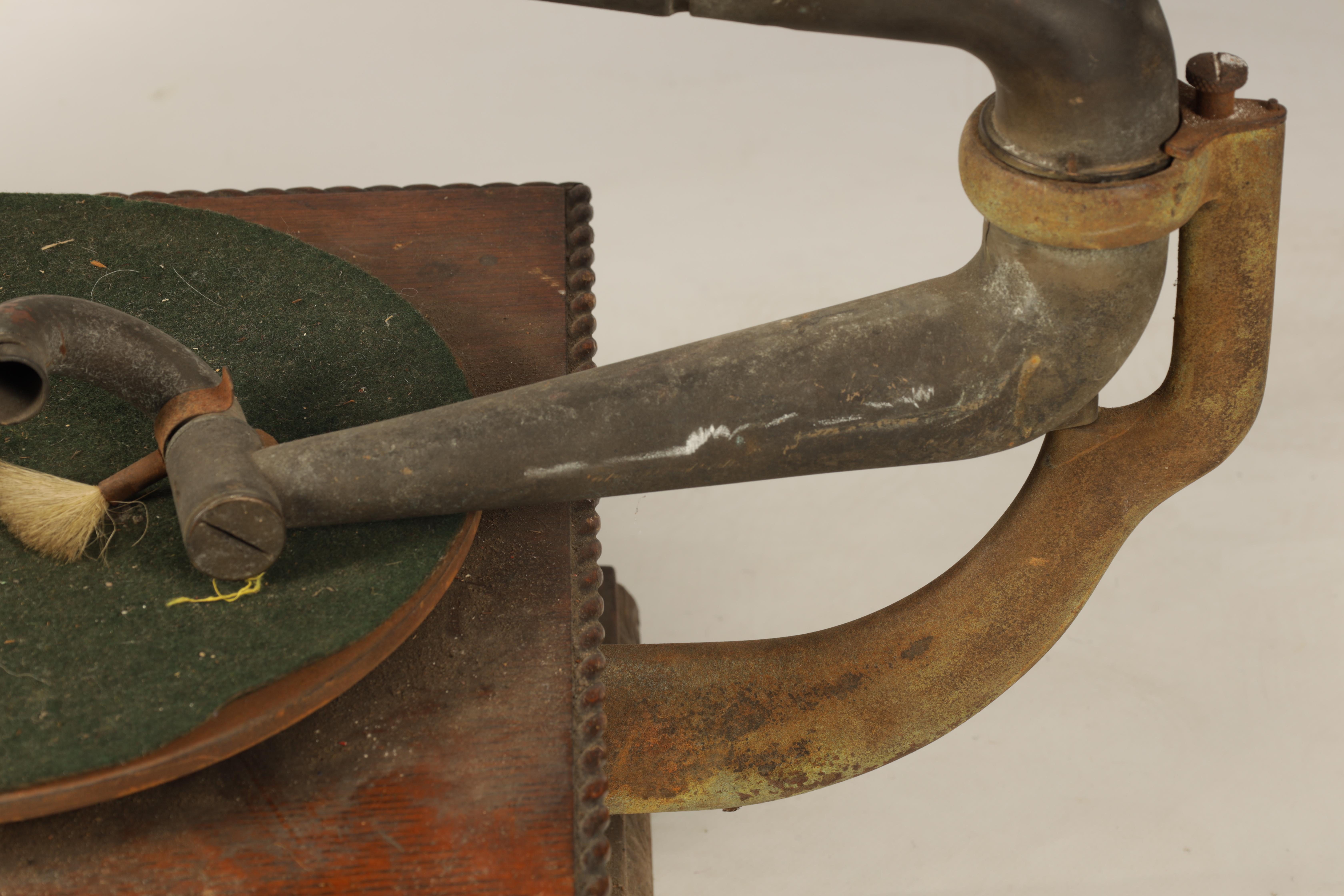 AN EARLY 20TH CENTURY OAK CASED HORN GRAMOPHONE, BY THE GRAMOPHONE & TYPEWRITER LTD having a - Image 4 of 8