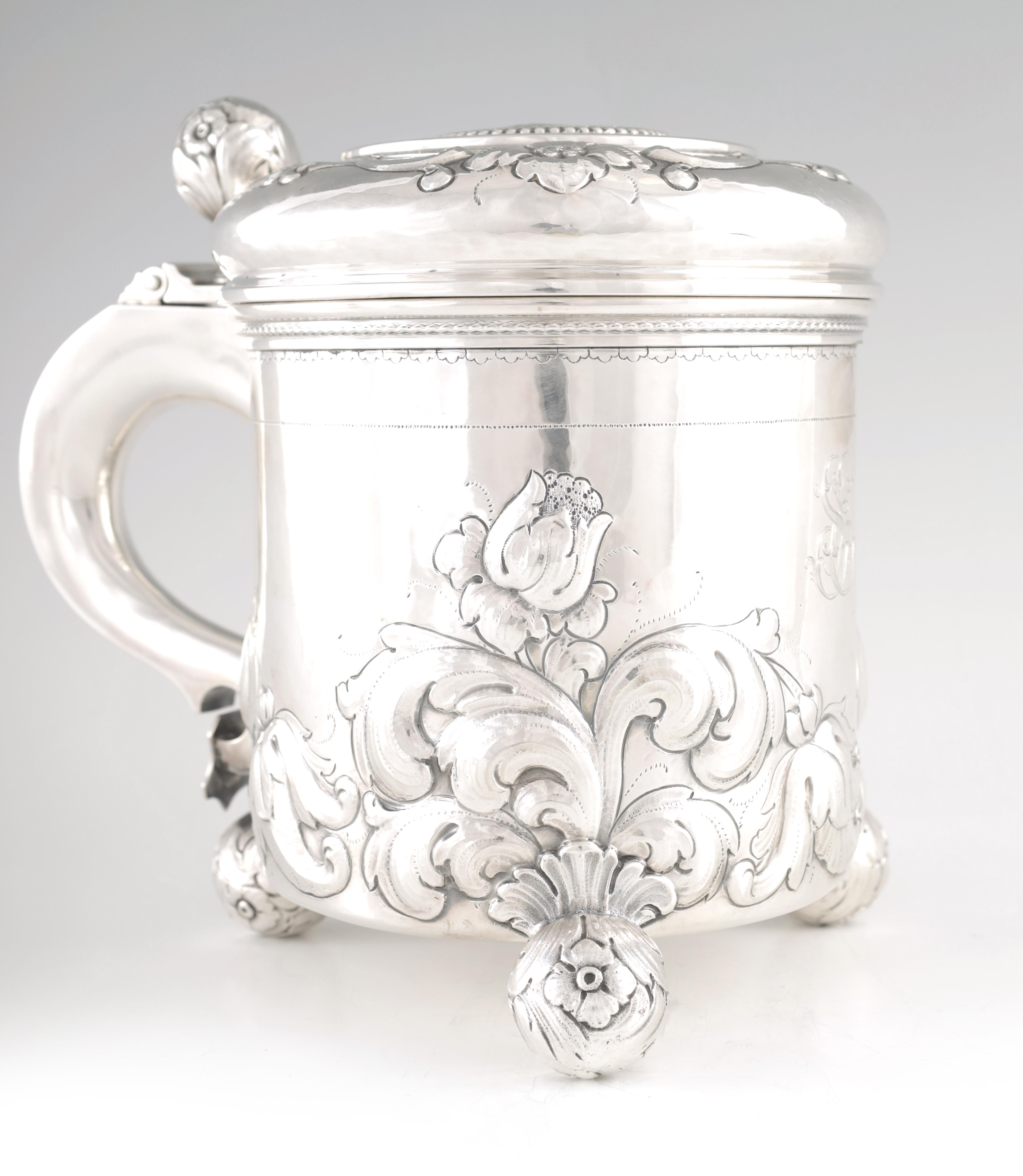 AN IMPRESSIVE EARLY 20TH CENTURY SWEDISH SILVER TANKARD with embossed ball finial to the hinged