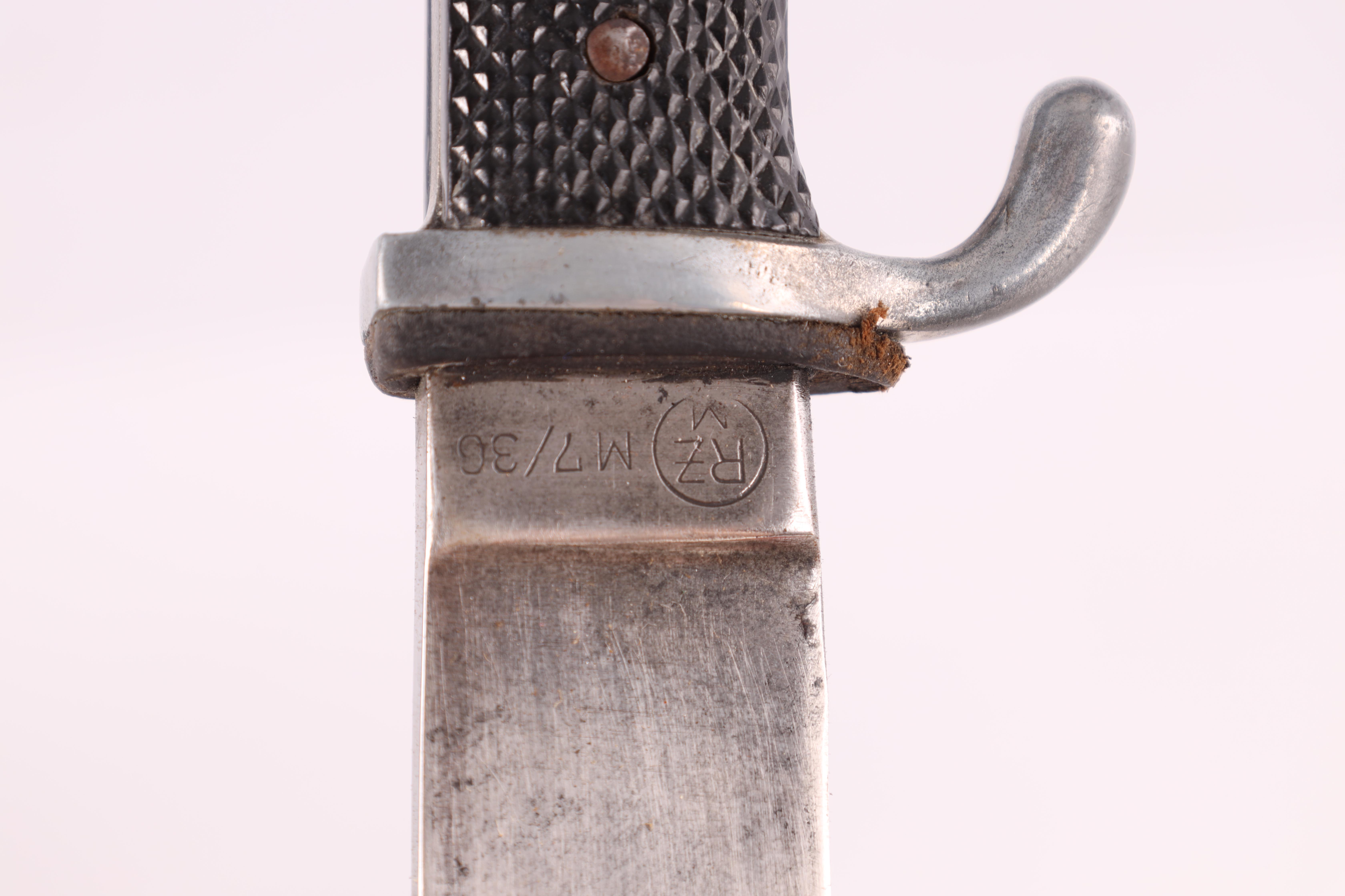 A WORLD WAR II GERMAN NAZI HITLER YOUTH DAGGER with checkered grip set with an enamel swastika - Image 6 of 7