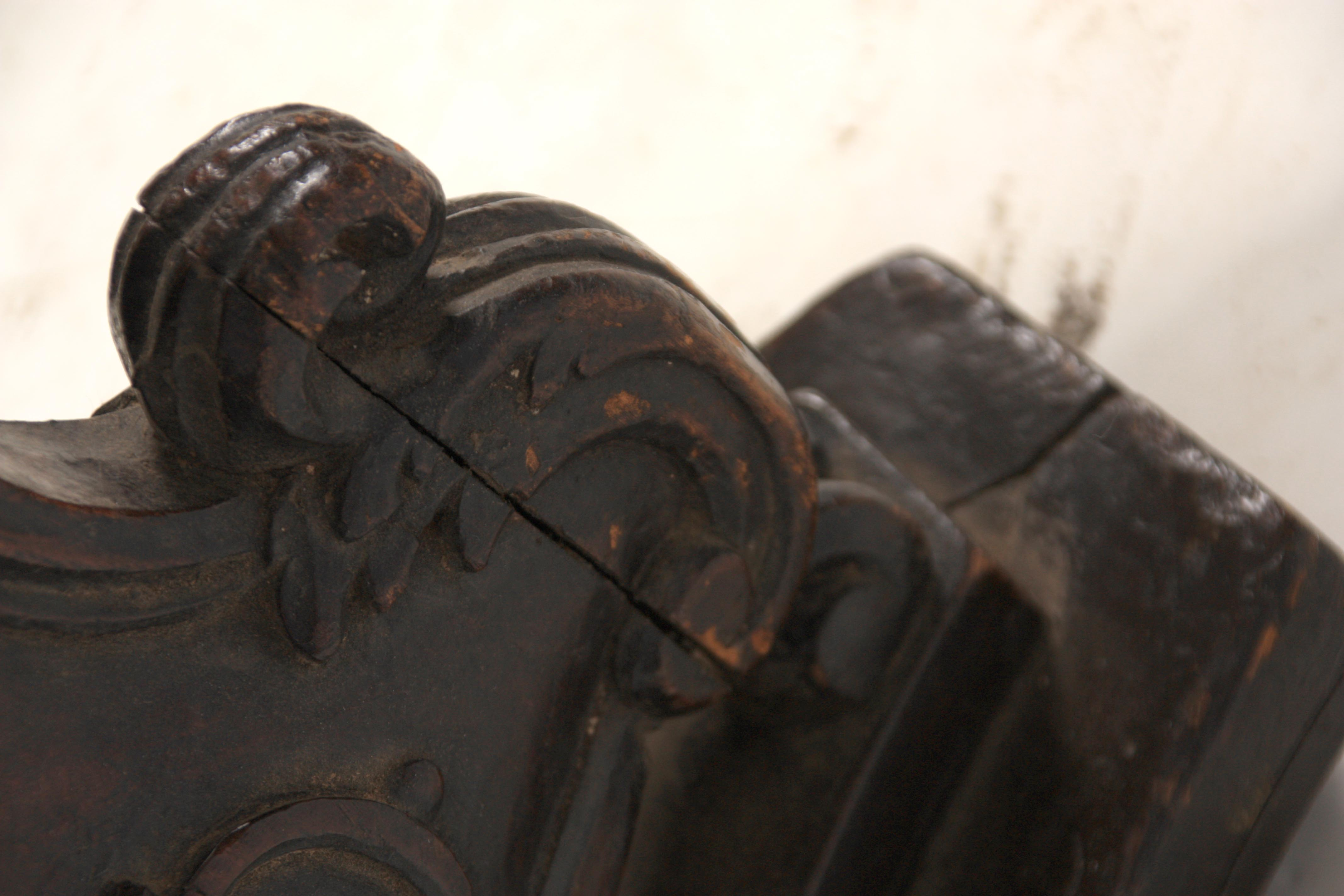 AN EARLY 18TH CENTURY ITALIAN TURNED WALNUT TORCHERE with bulbous ring turned stem and carved rococo - Image 5 of 6