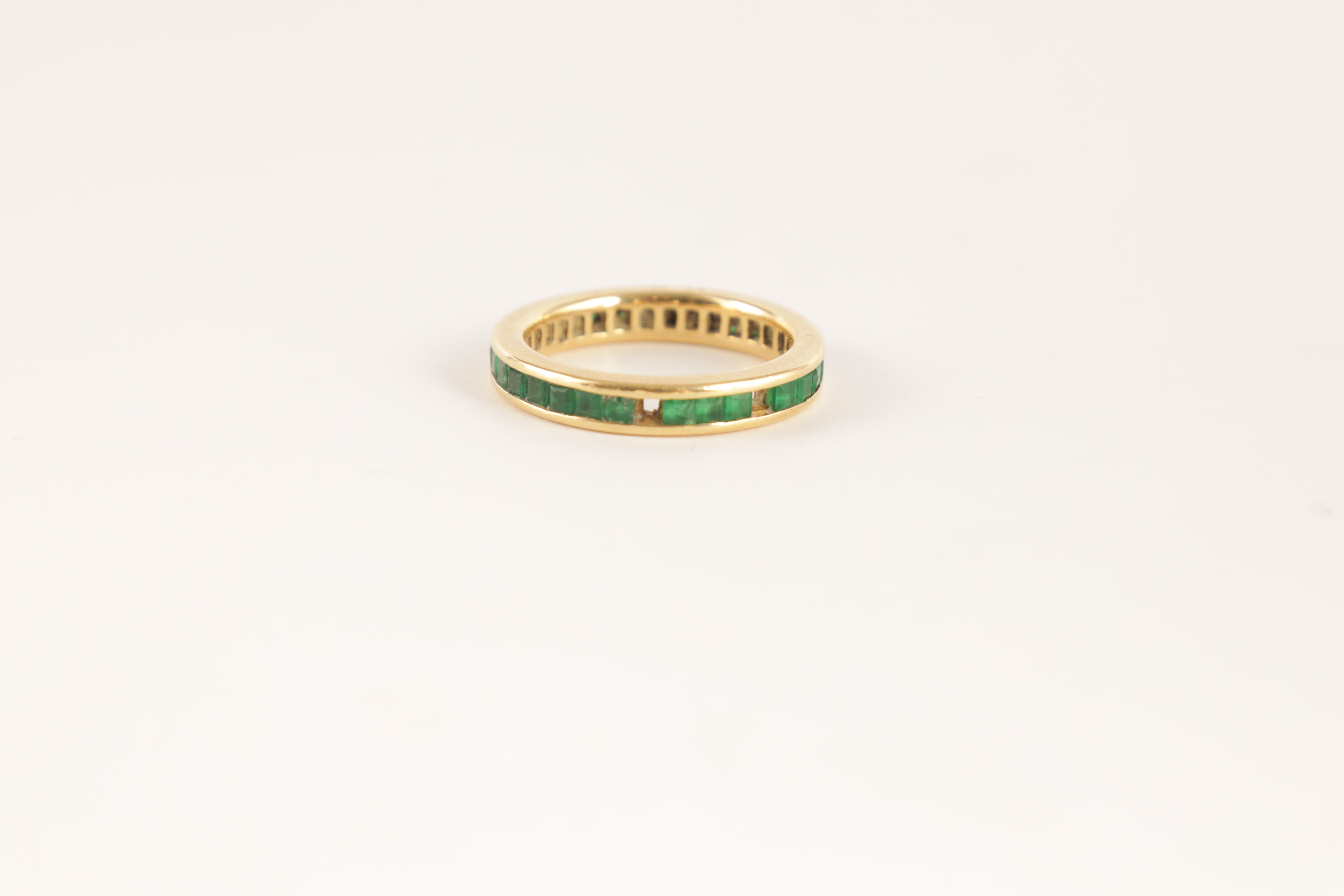 AN 18CT GOLD AND EMERALD ETERNITY RING set all round with square-cut stones, app. weight 4.5g - Image 3 of 5