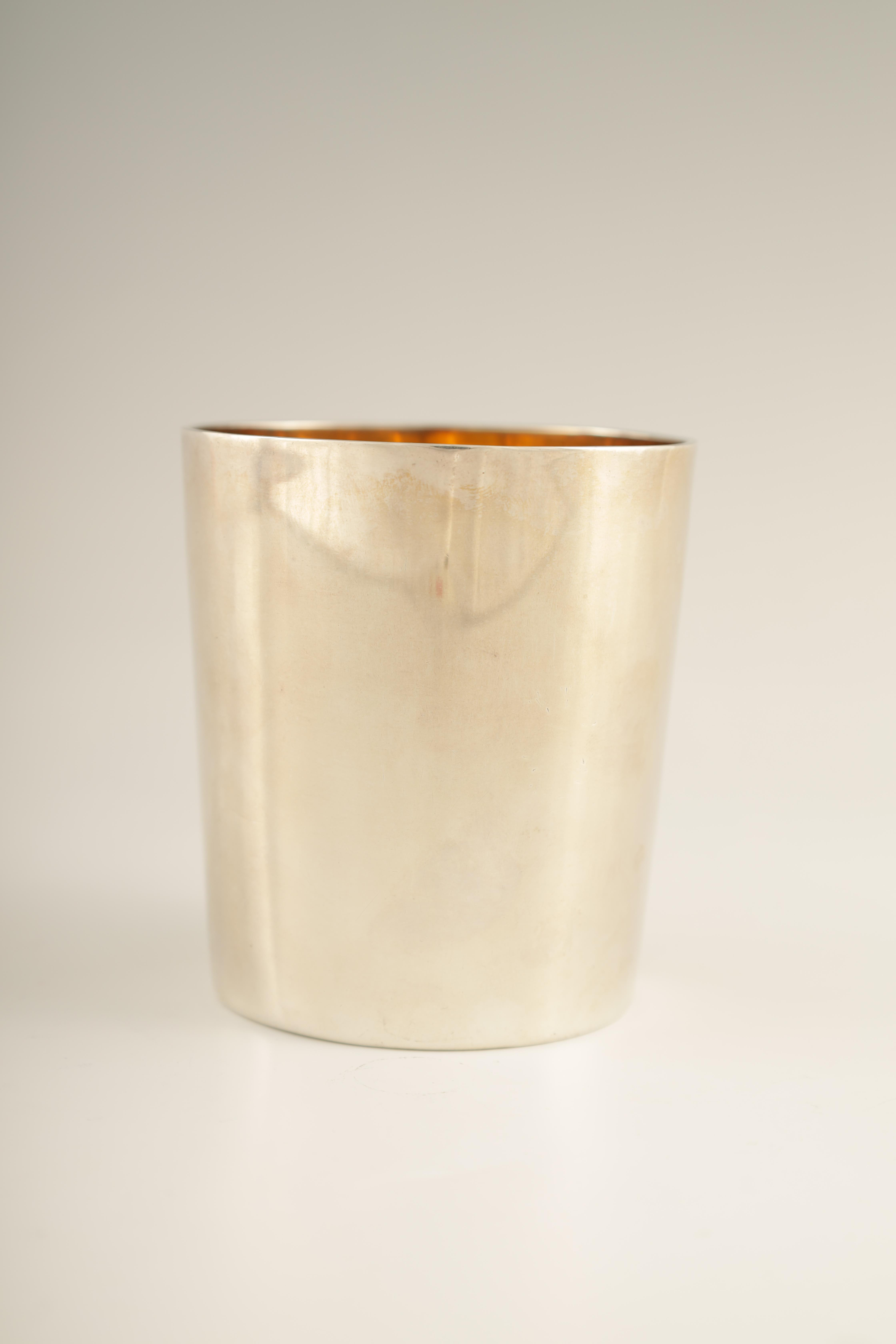 A GEORGE III SILVER BEAKER with gilt interior and coat of arms to the front, London 1802 9cm high - Image 4 of 5