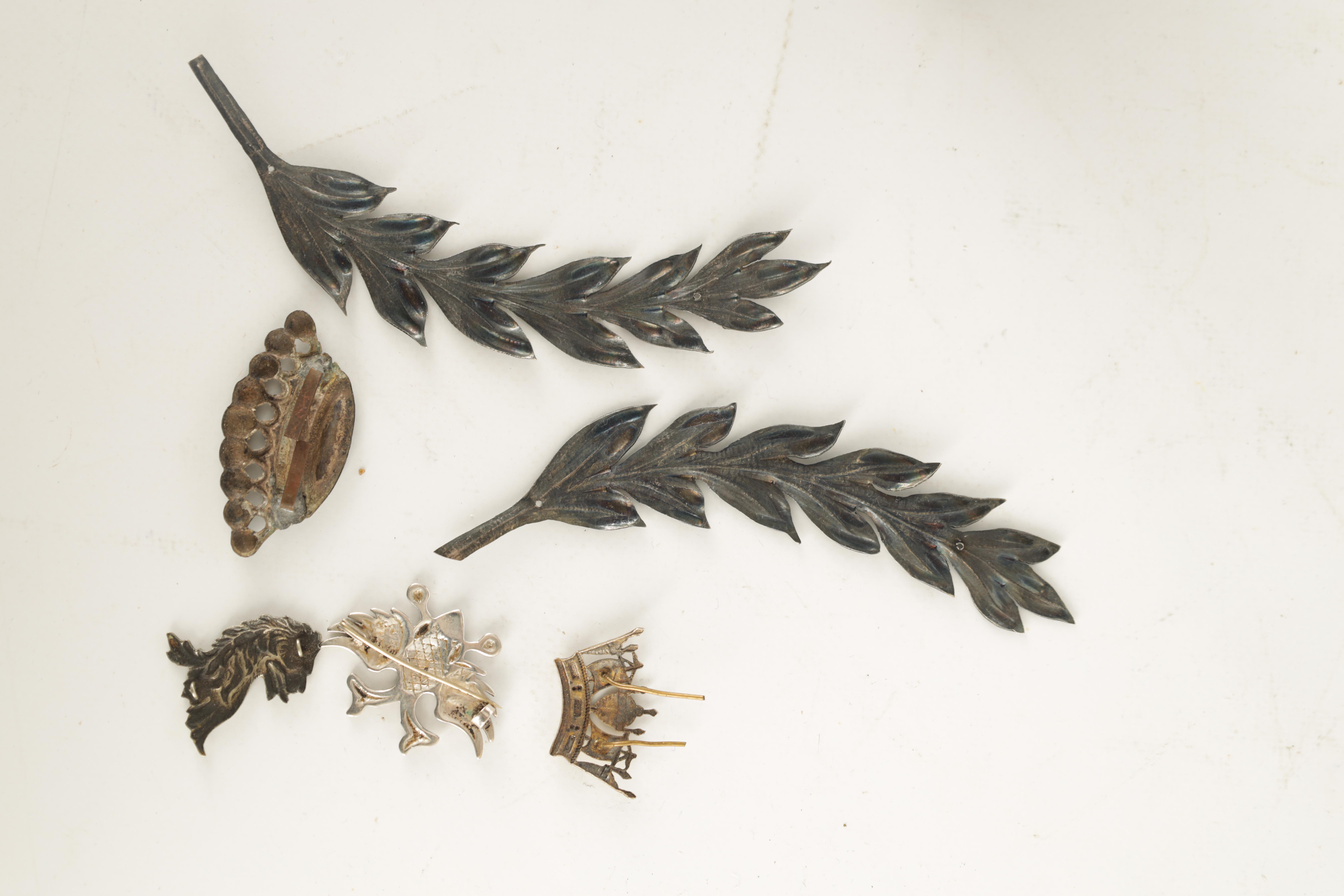 A SELECTION OF SOLID SILVER BADGES AND MOUNTS depicting a pair of hallmarked fern leaves 14cm - Image 3 of 4