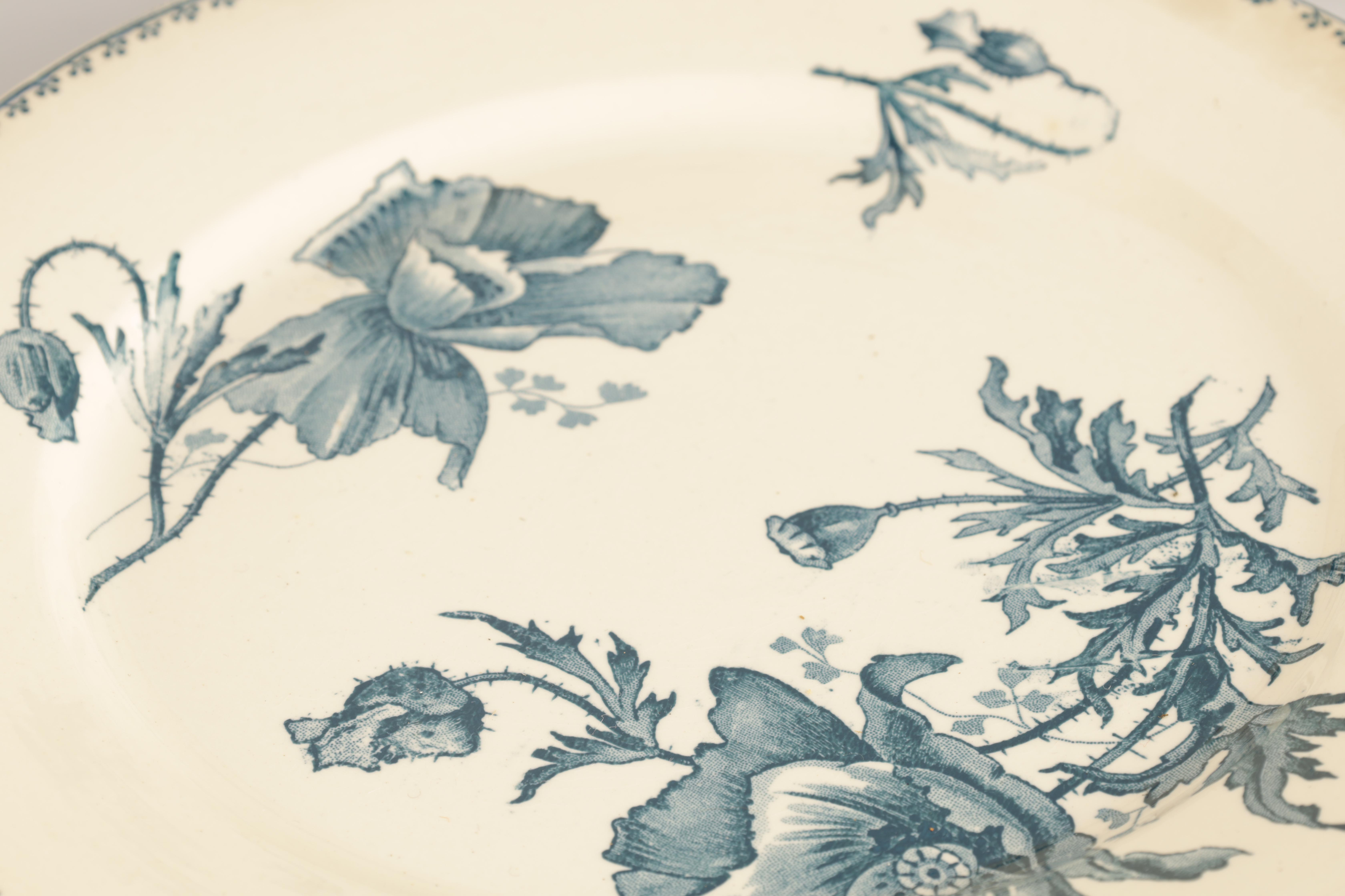 A SET OF 31 20TH CENTURY FRENCH FAIENCE U&C SARREGUEMINES FERIA DINNER PLATES with flower spray - Image 2 of 5