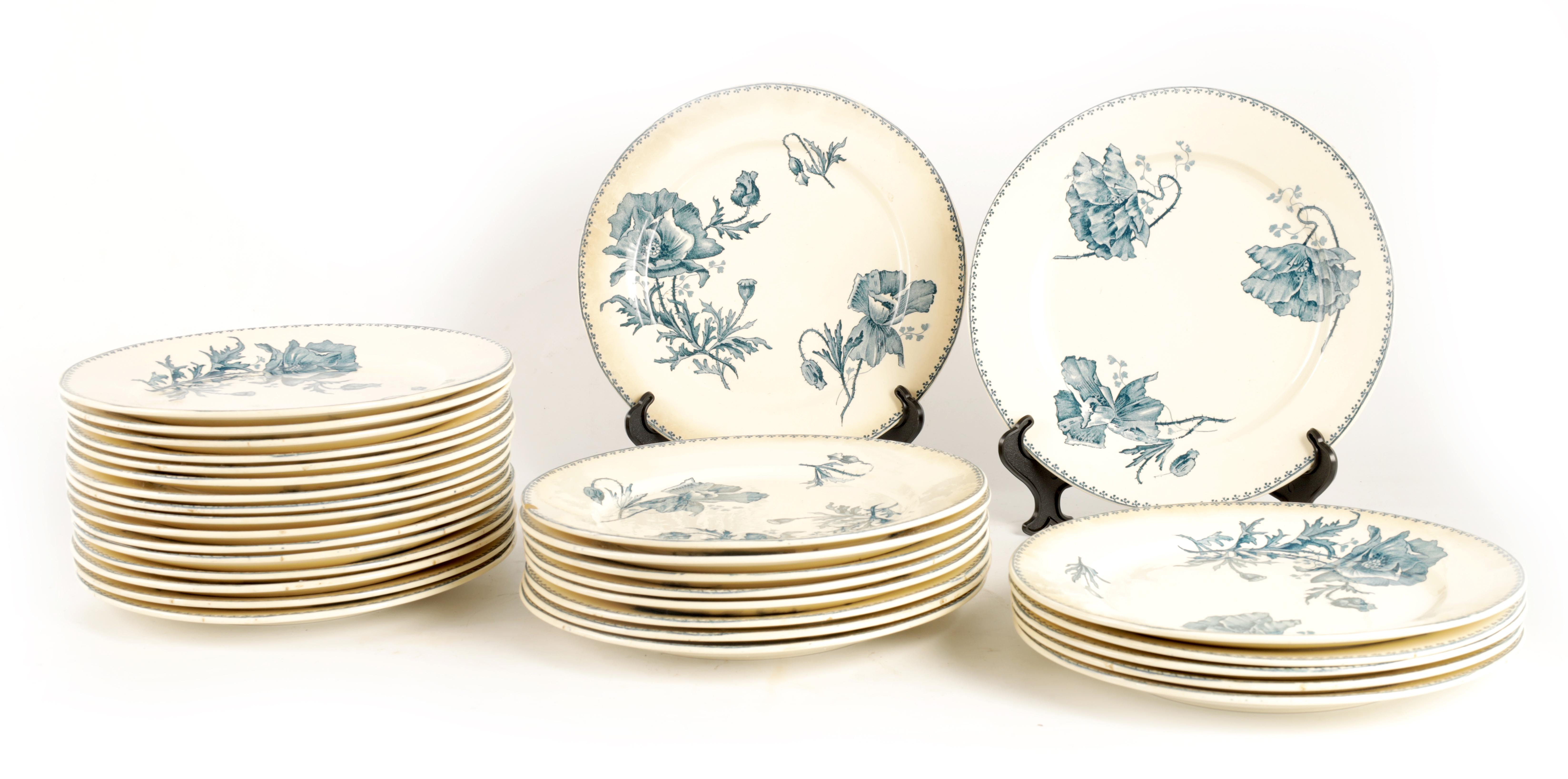 A SET OF 31 20TH CENTURY FRENCH FAIENCE U&C SARREGUEMINES FERIA DINNER PLATES with flower spray