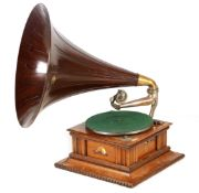 AN EARLY 20TH CENTURY OAK CASED HMV MONARCH SENIOR GRAMOPHONE WITH ORIGINAL WOODEN HORN the carved