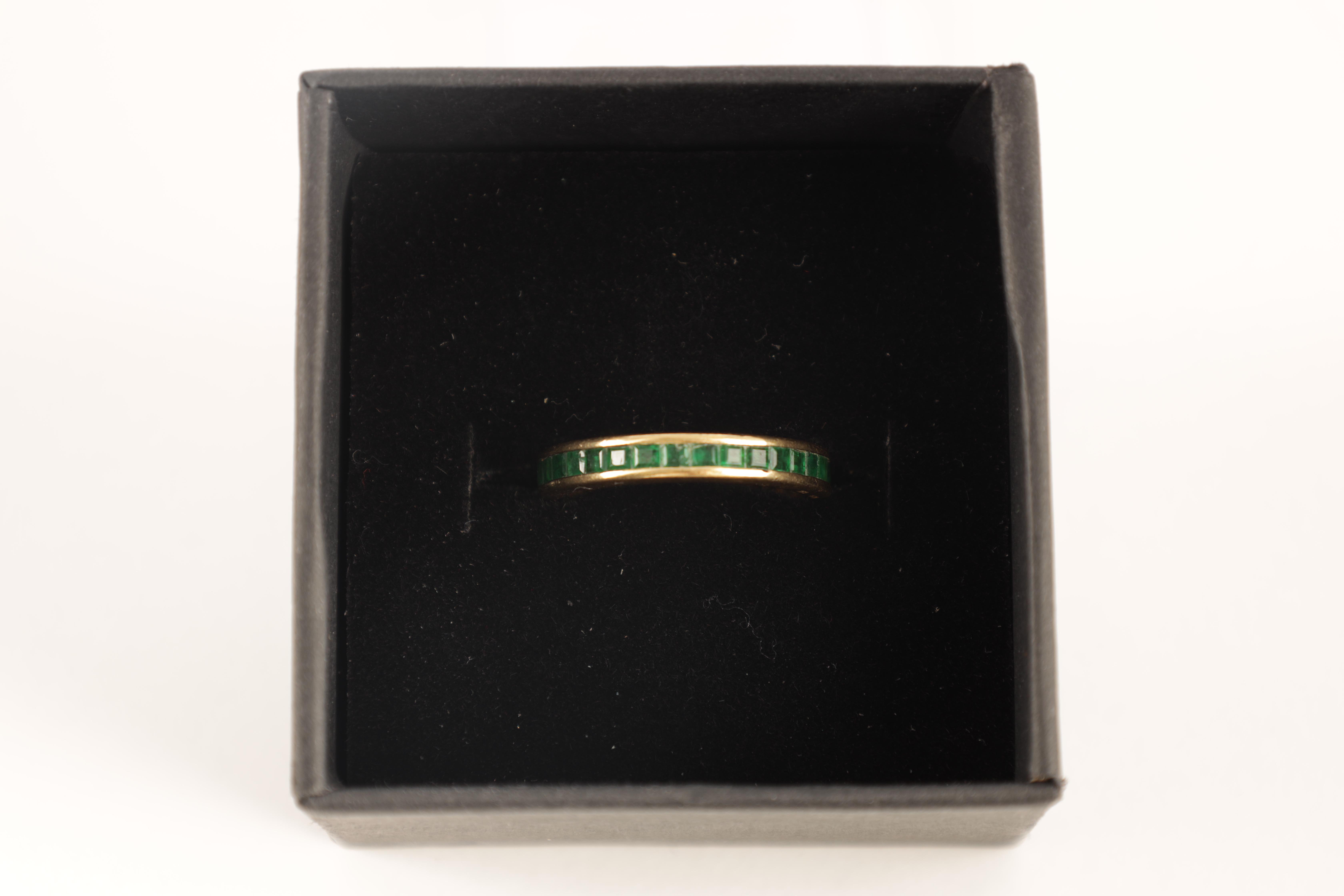 AN 18CT GOLD AND EMERALD ETERNITY RING set all round with square-cut stones, app. weight 4.5g - Image 5 of 5