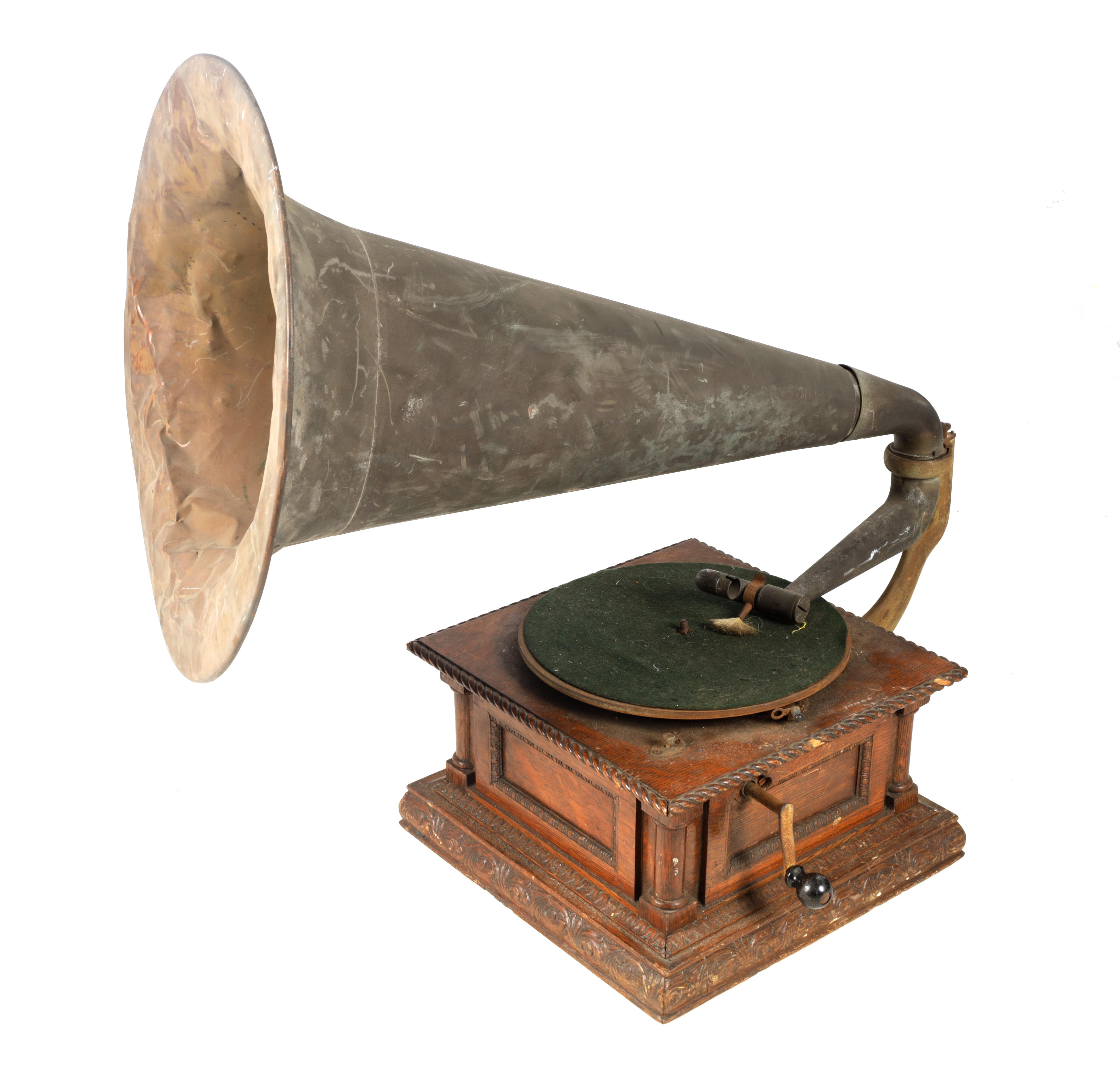 AN EARLY 20TH CENTURY OAK CASED HORN GRAMOPHONE, BY THE GRAMOPHONE & TYPEWRITER LTD having a
