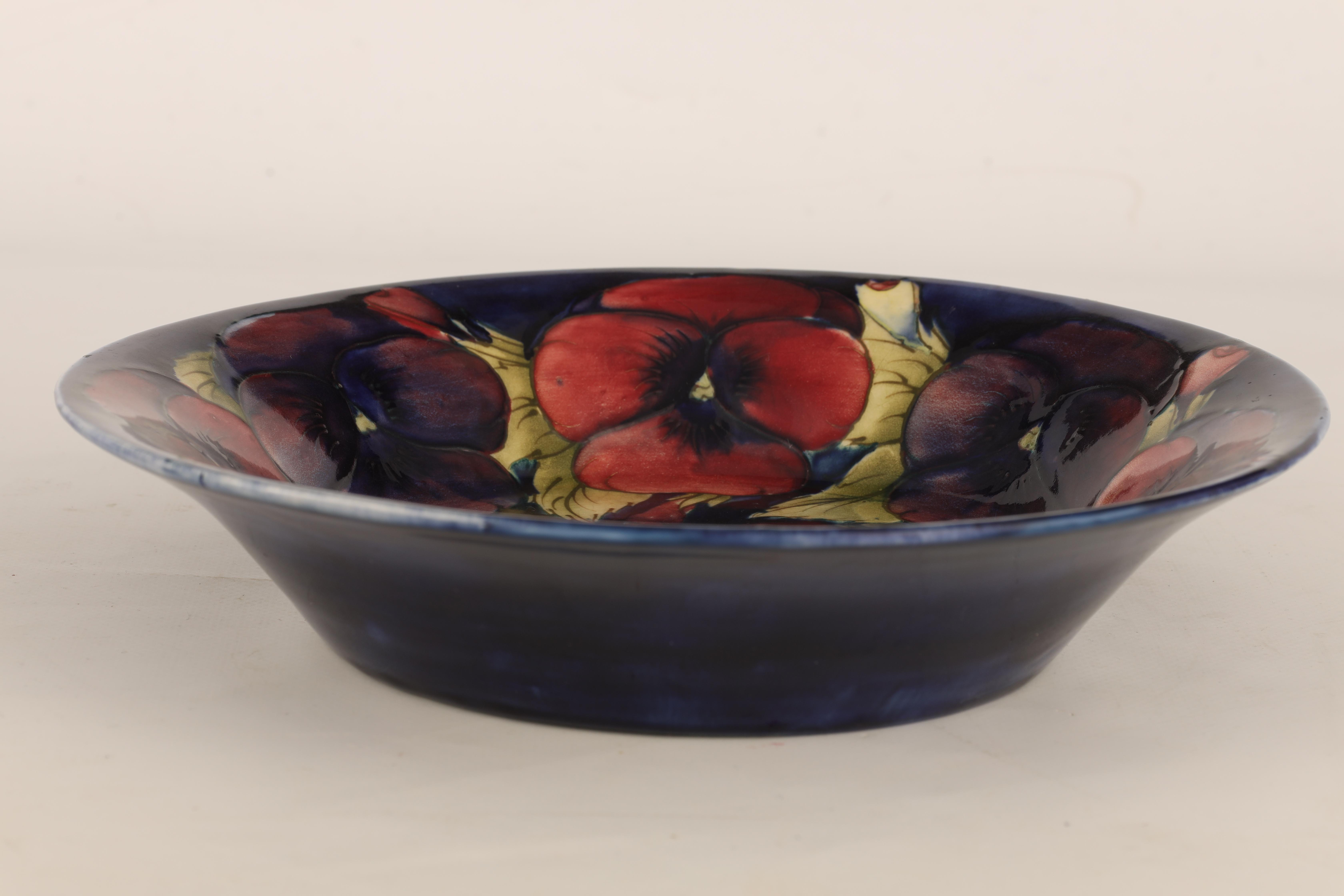 A 1930S/40S MOORCROFT LARGE SHALLOW DISH WITH EVERTED RIM decorated in the big pansy pattern on a - Image 3 of 5