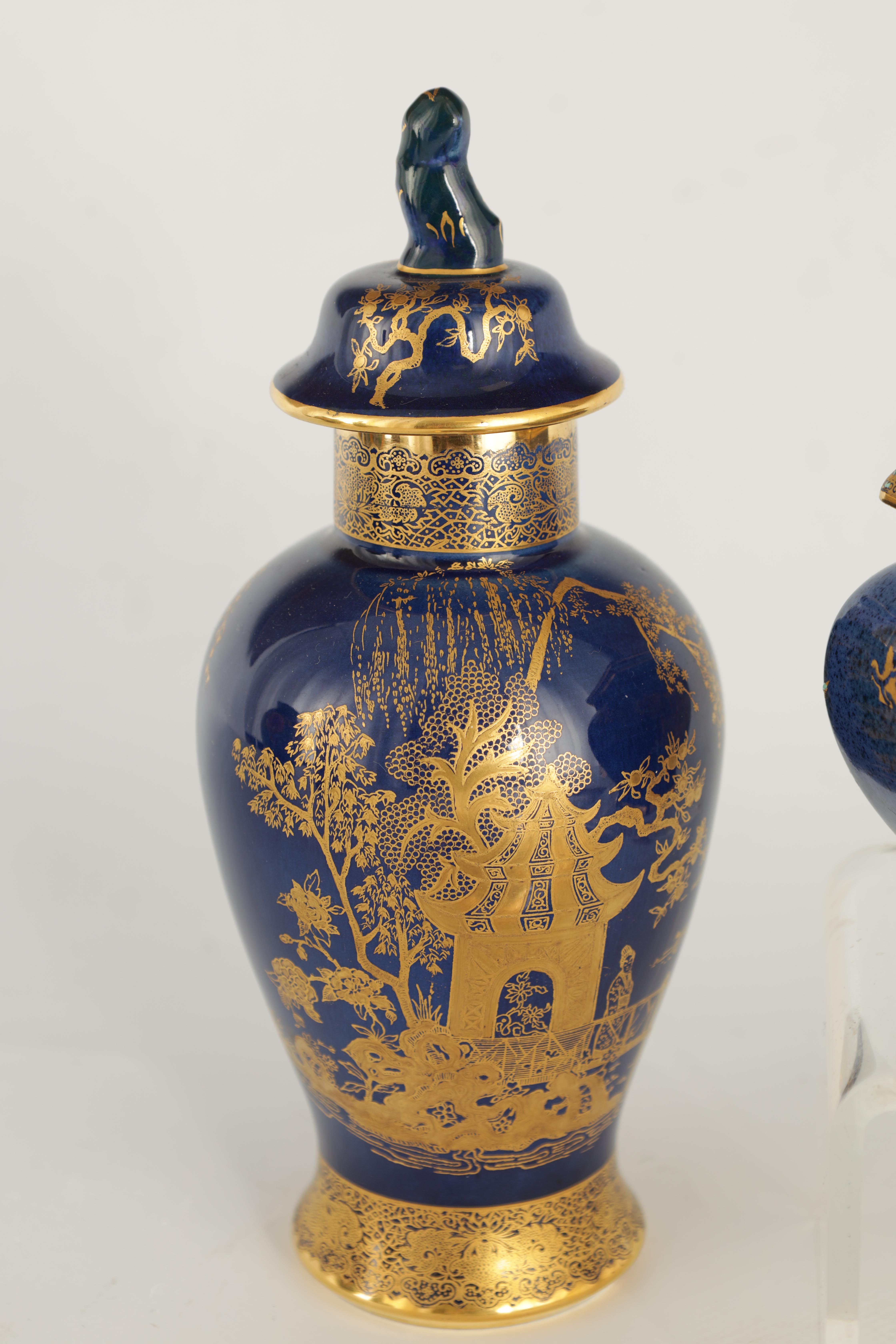 A CARLTON WARE FIVE PIECE DRESSING TABLE SET decorated in an oriental gilt pattern with pagodas - Image 7 of 18