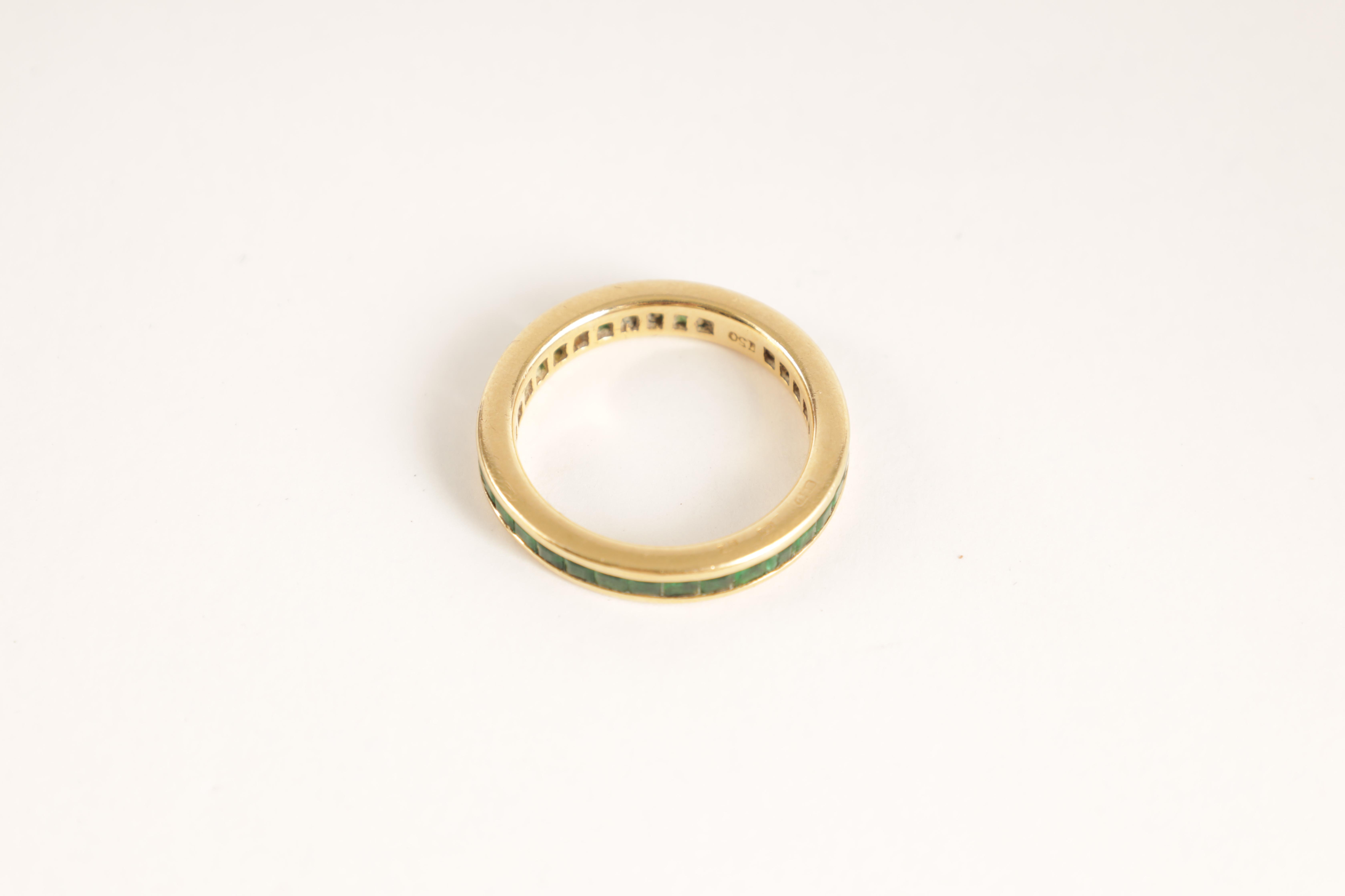 AN 18CT GOLD AND EMERALD ETERNITY RING set all round with square-cut stones, app. weight 4.5g - Image 4 of 5