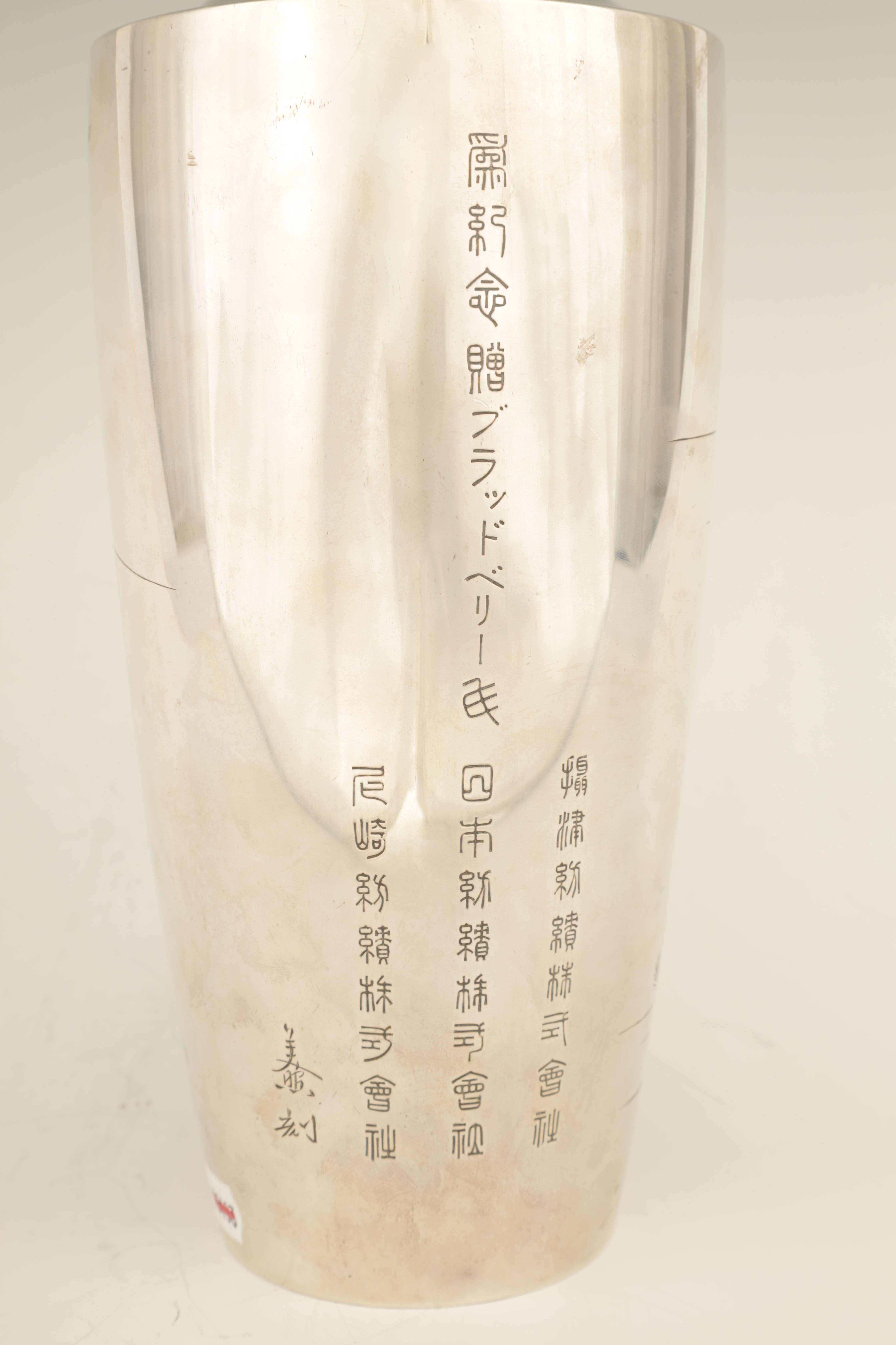 A LARGE JAPANESE MEIJI PERIOD SILVER VASE embellished with gilt highlights and engraved scene of - Image 5 of 6