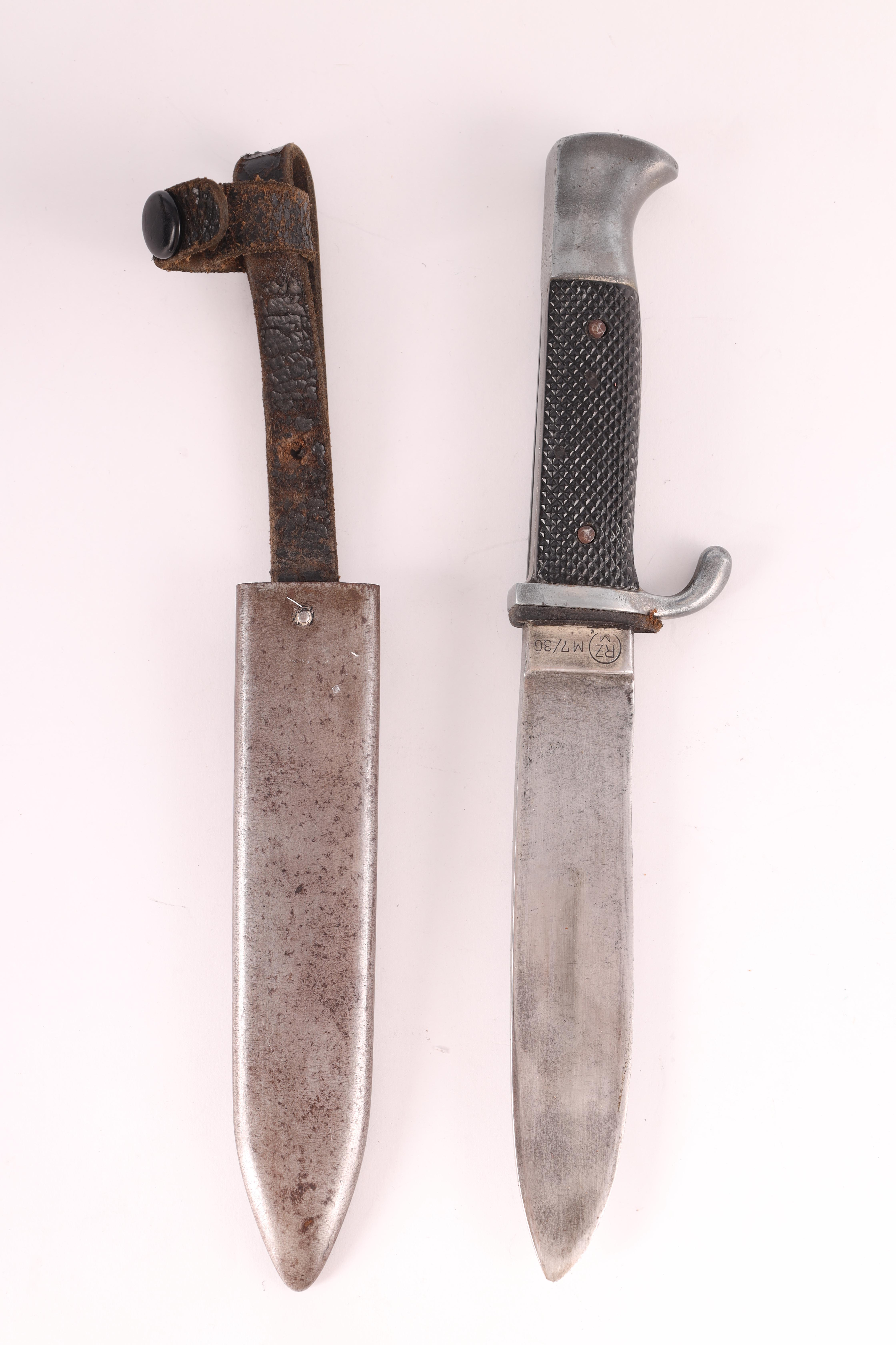 A WORLD WAR II GERMAN NAZI HITLER YOUTH DAGGER with checkered grip set with an enamel swastika - Image 5 of 7