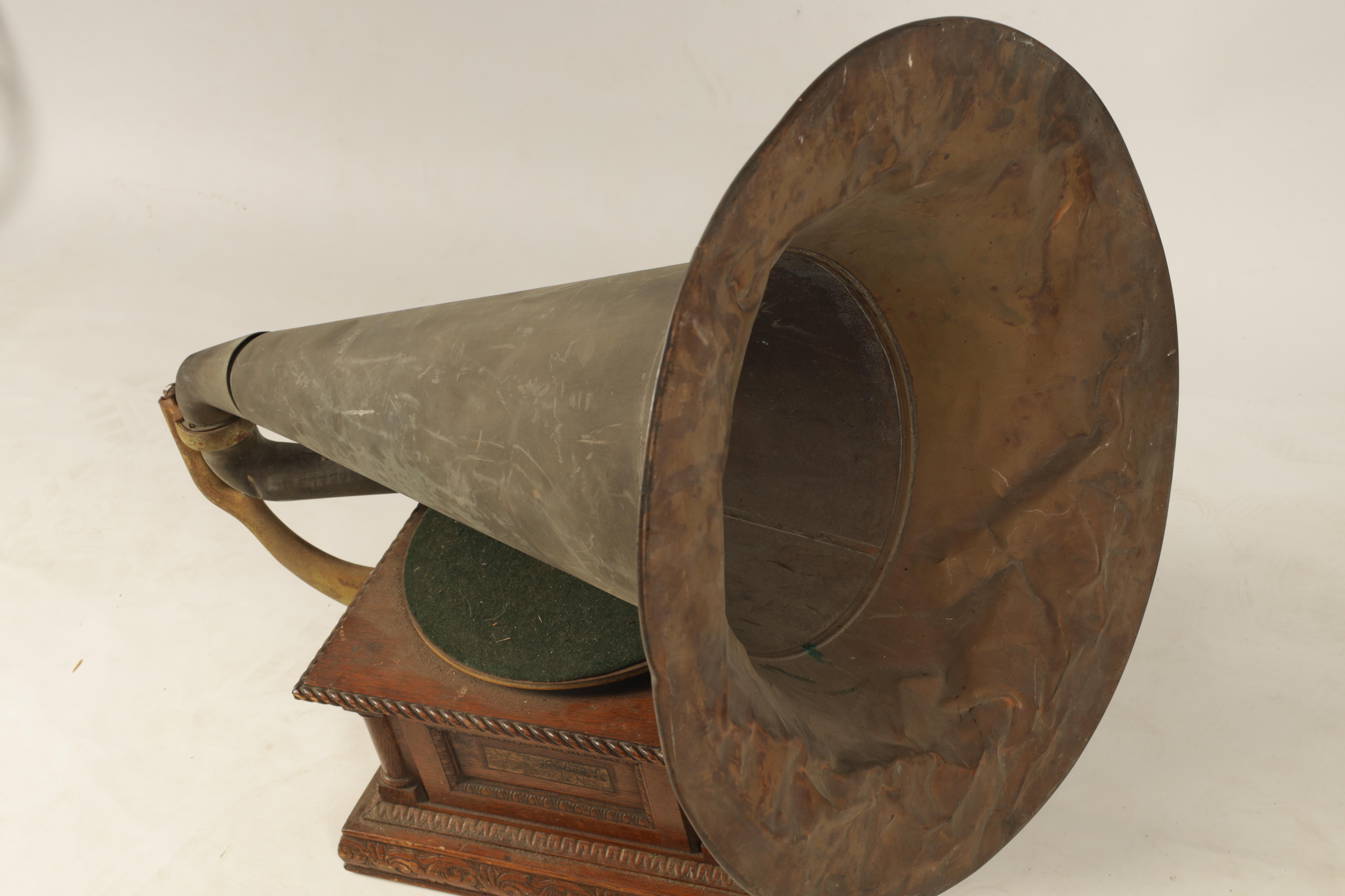 AN EARLY 20TH CENTURY OAK CASED HORN GRAMOPHONE, BY THE GRAMOPHONE & TYPEWRITER LTD having a - Image 5 of 8