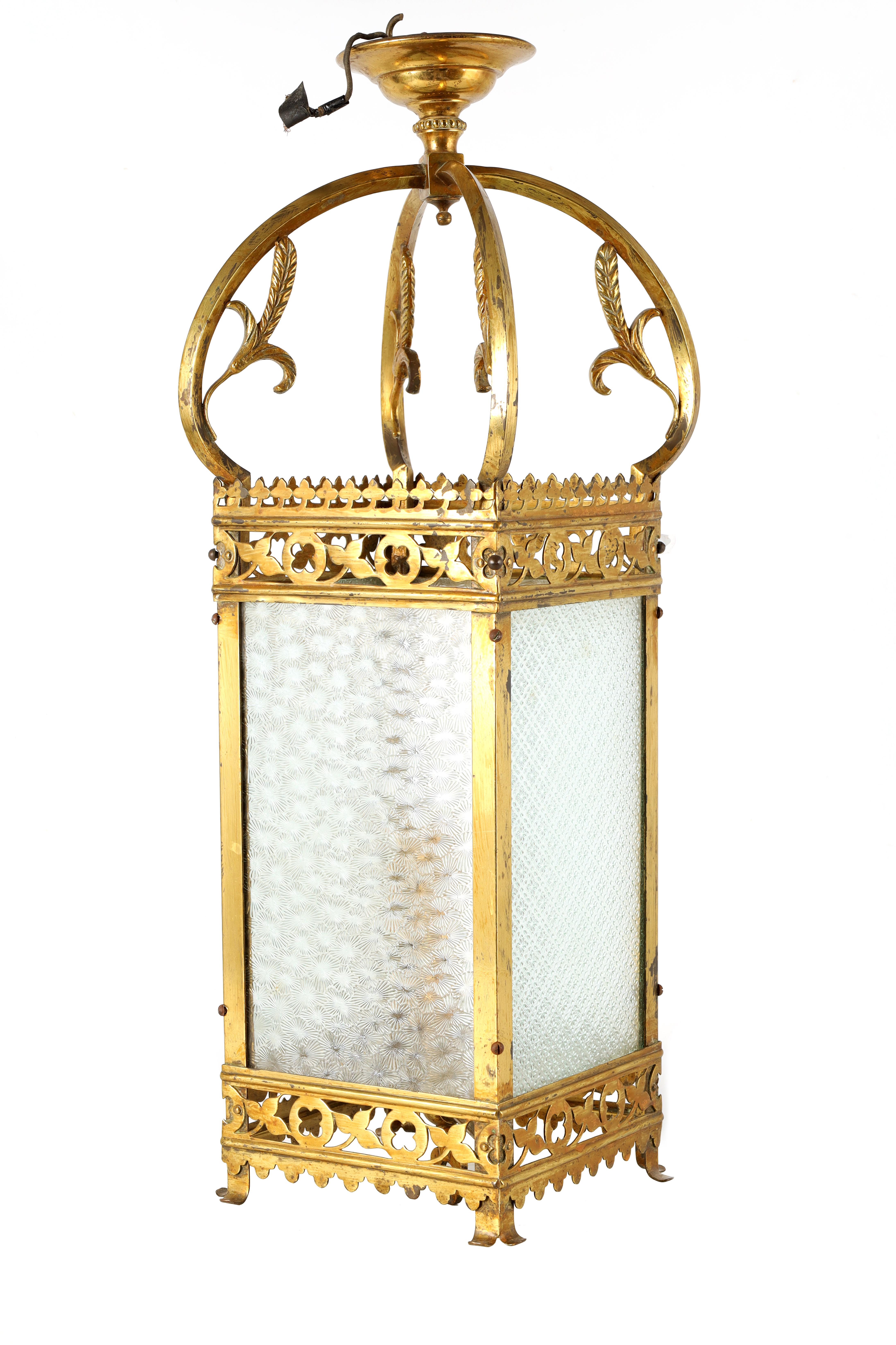 AN EARLY 20TH CENTURY LACQUERED BRASS HALL LANTERN having cabriolet shaped supports with leaf work