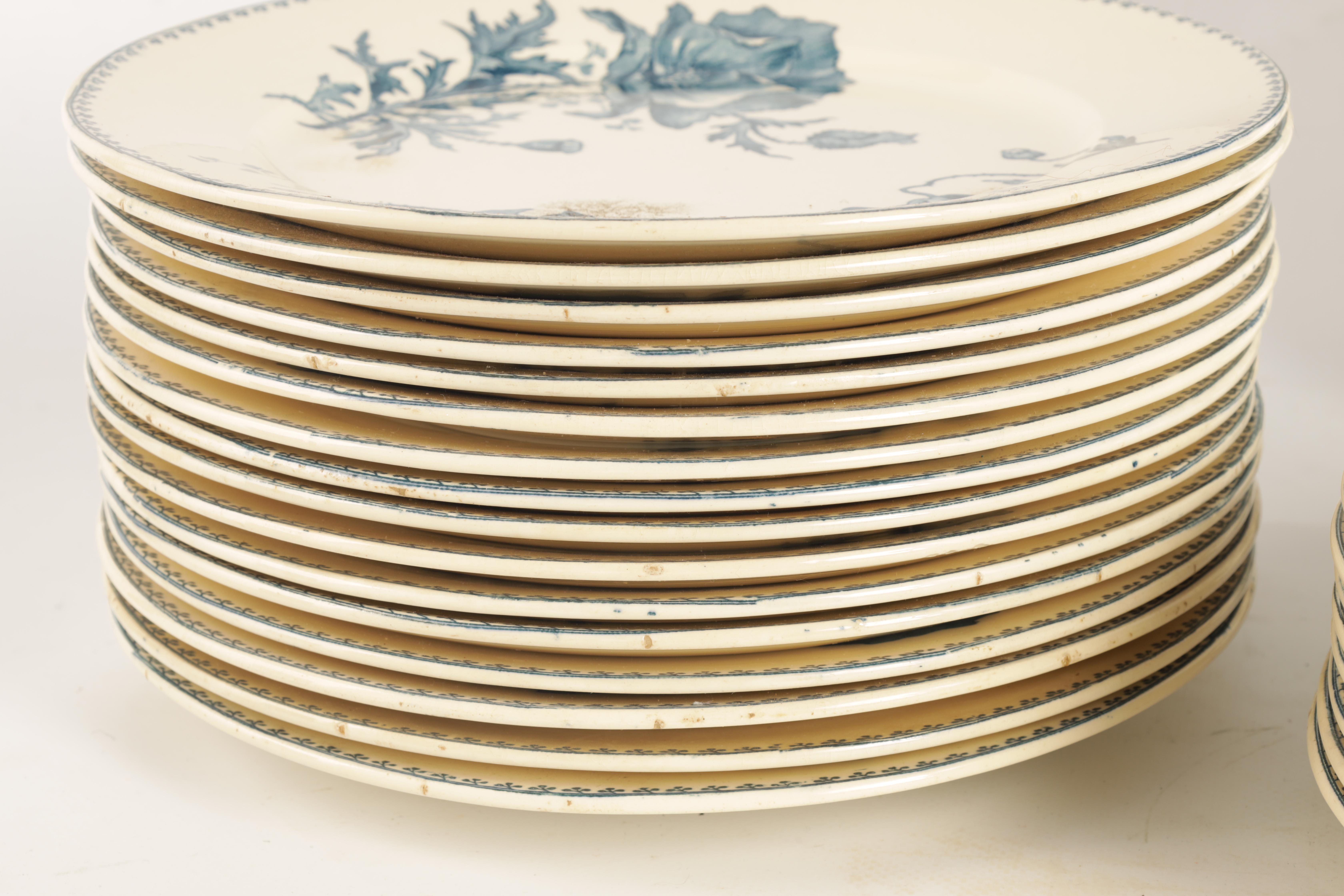 A SET OF 31 20TH CENTURY FRENCH FAIENCE U&C SARREGUEMINES FERIA DINNER PLATES with flower spray - Image 3 of 5