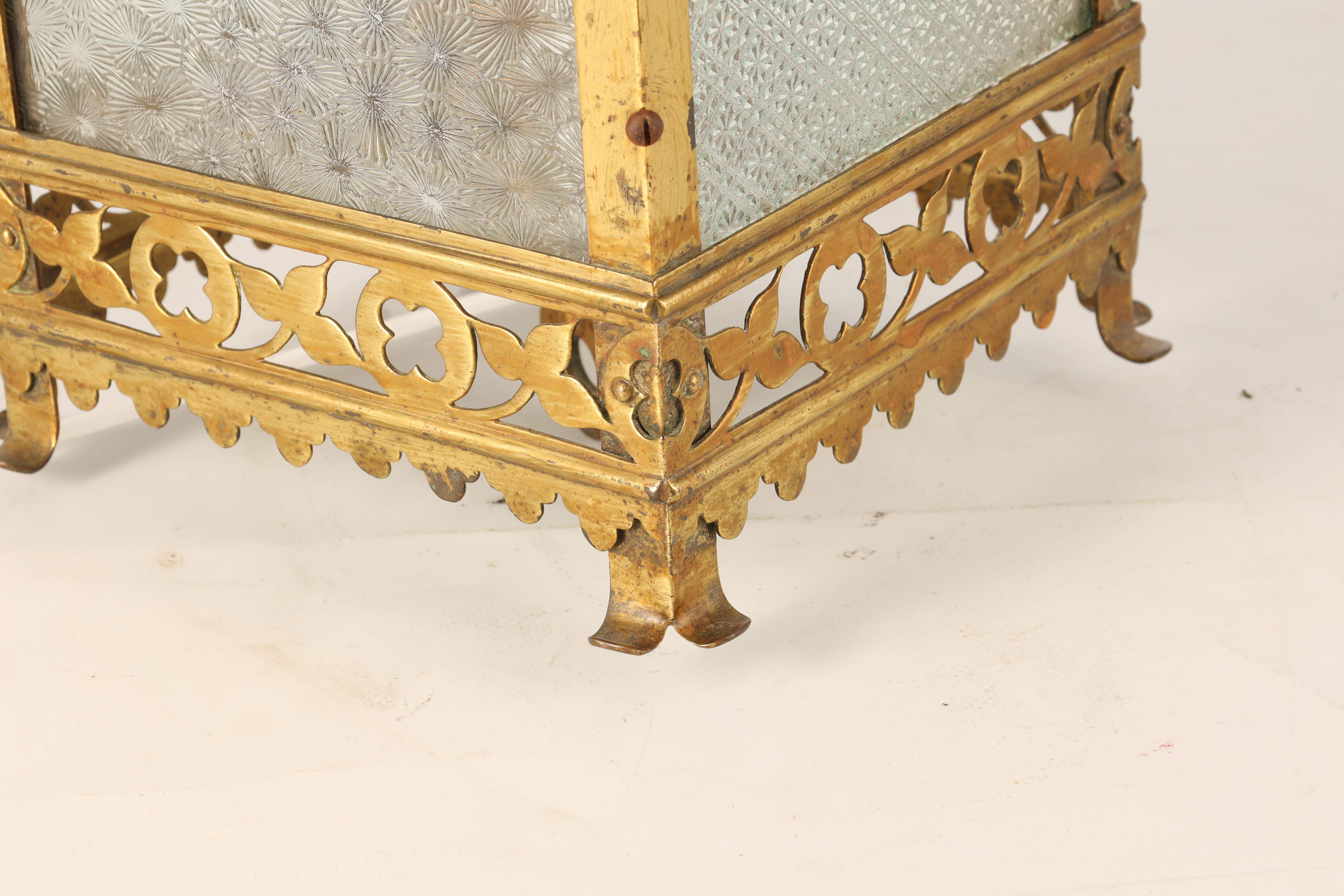 AN EARLY 20TH CENTURY LACQUERED BRASS HALL LANTERN having cabriolet shaped supports with leaf work - Image 3 of 6
